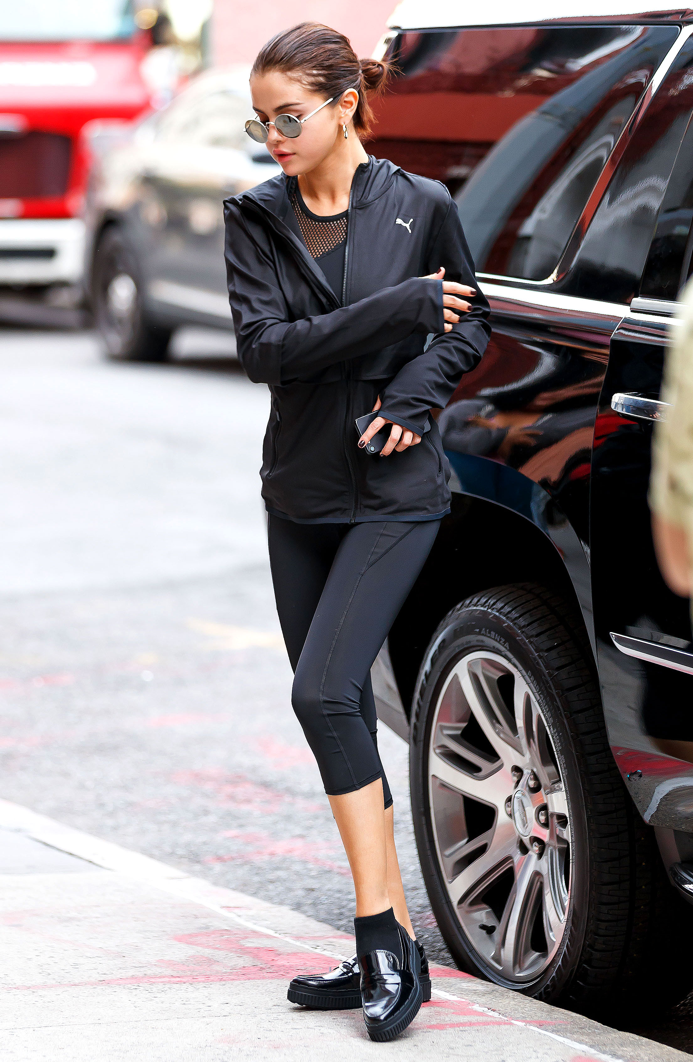 selena gomez mặc áo khoác thể thao quần legging giày loafer đen theo phong cách athleisure