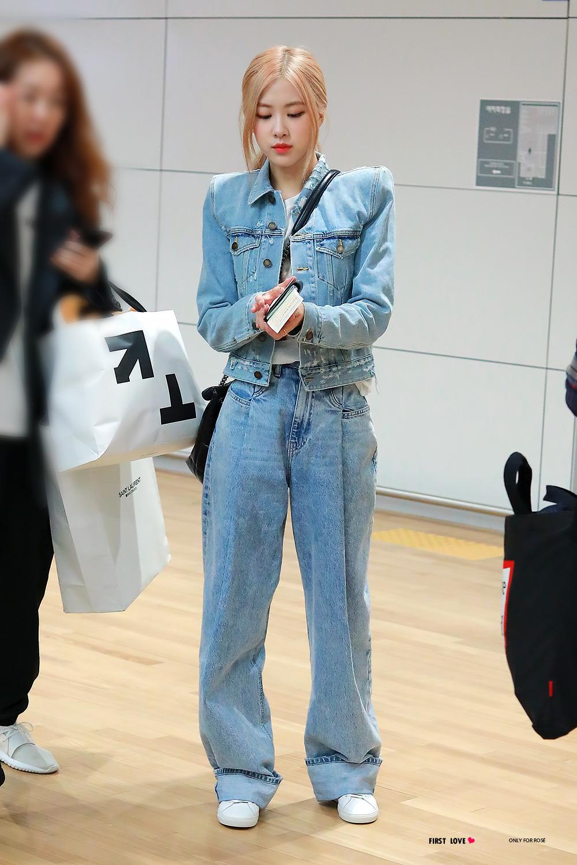 Rose Blackpink mặc quần jeans thụng và áo khoác denim