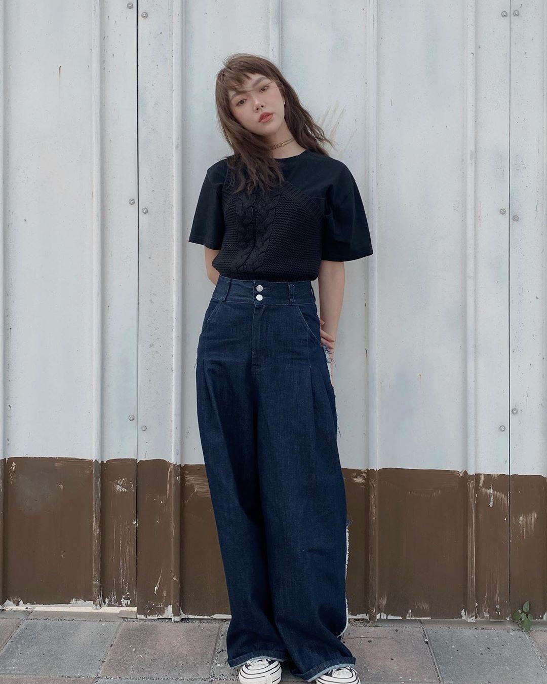 Quần jeans thụng và áo thun đen