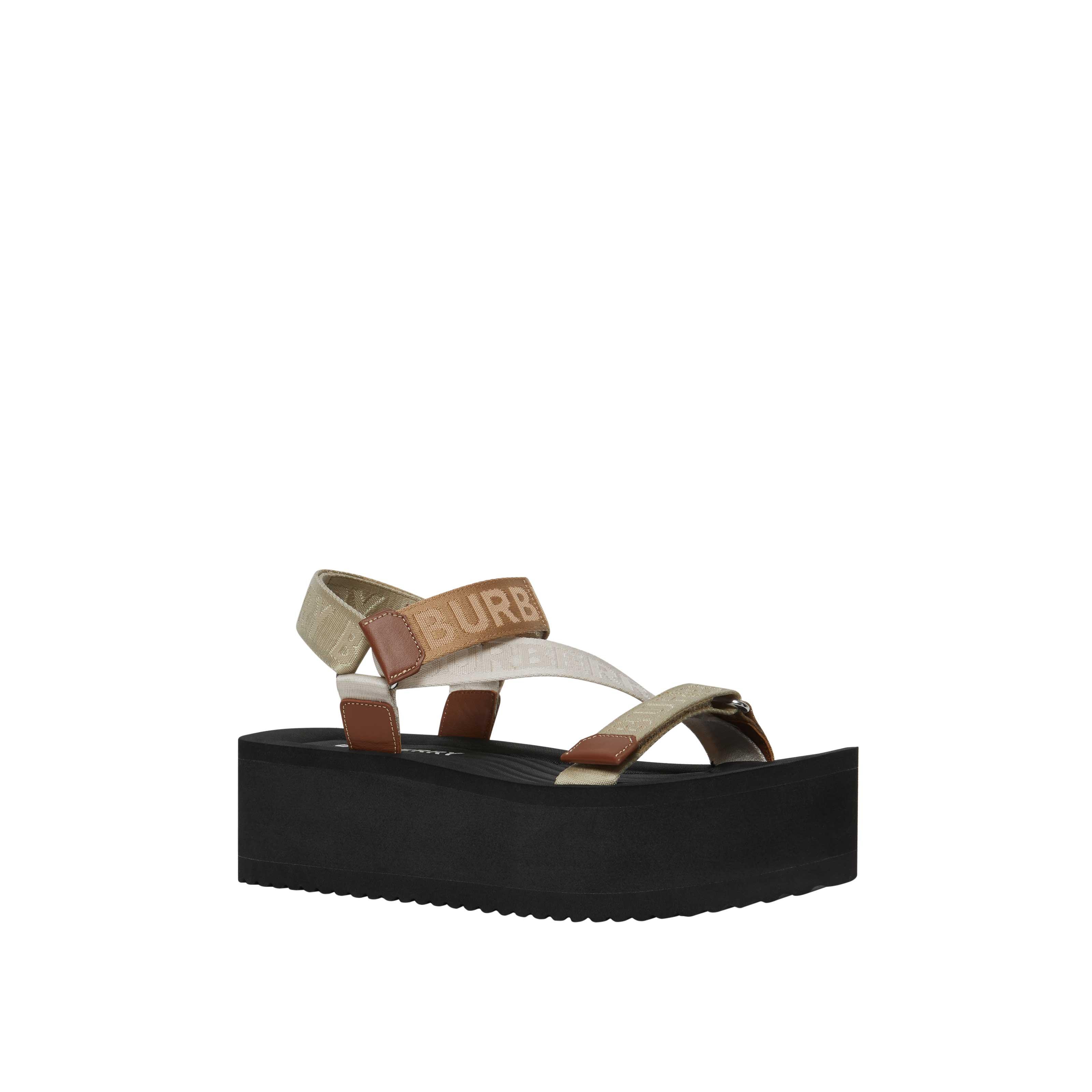Giày sandal đế thô màu nâu trong BST Burberry TB Summer Monogram