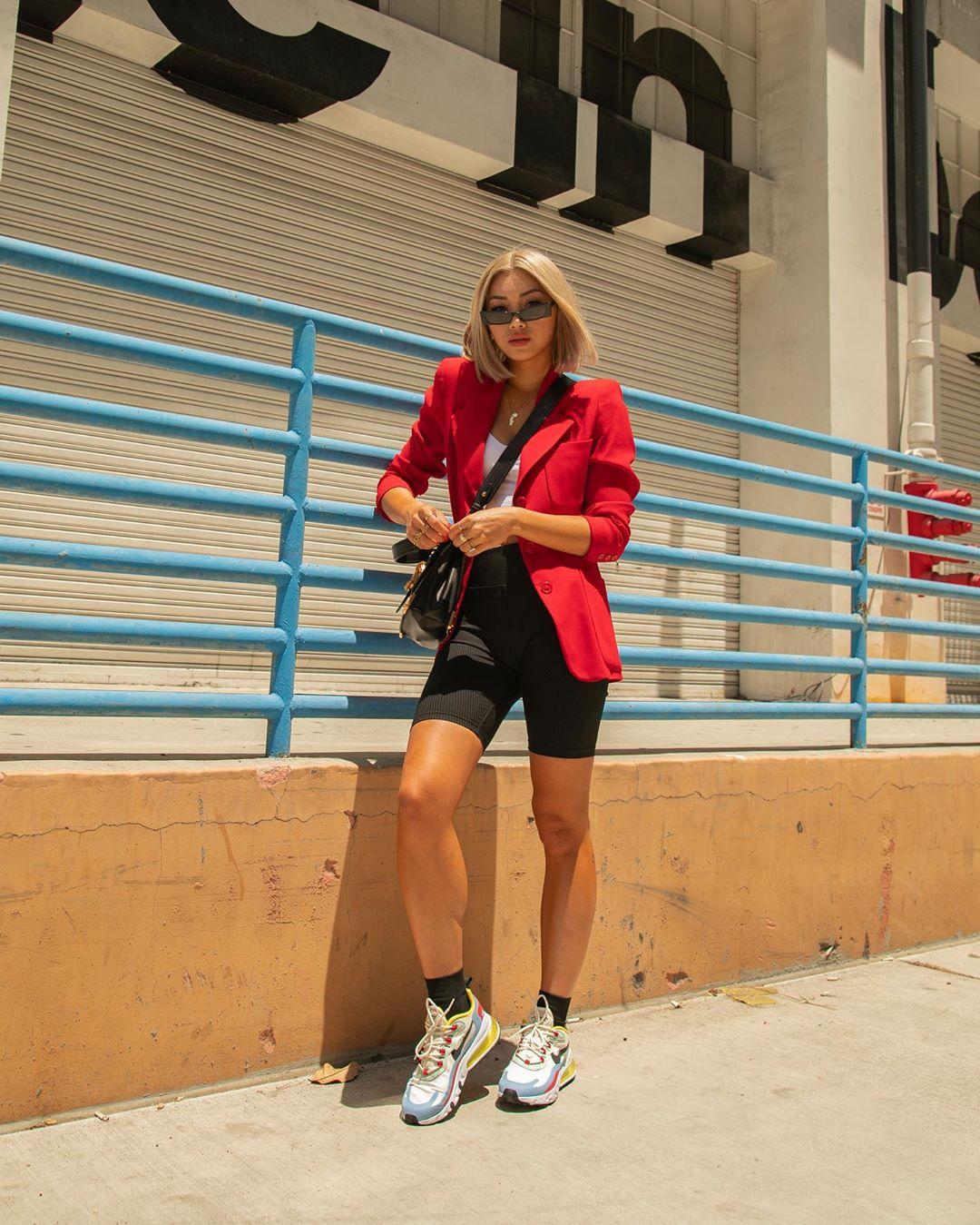 francis lola mặc quần shorts biker áo blazer theo phong cách thời trang athleisure