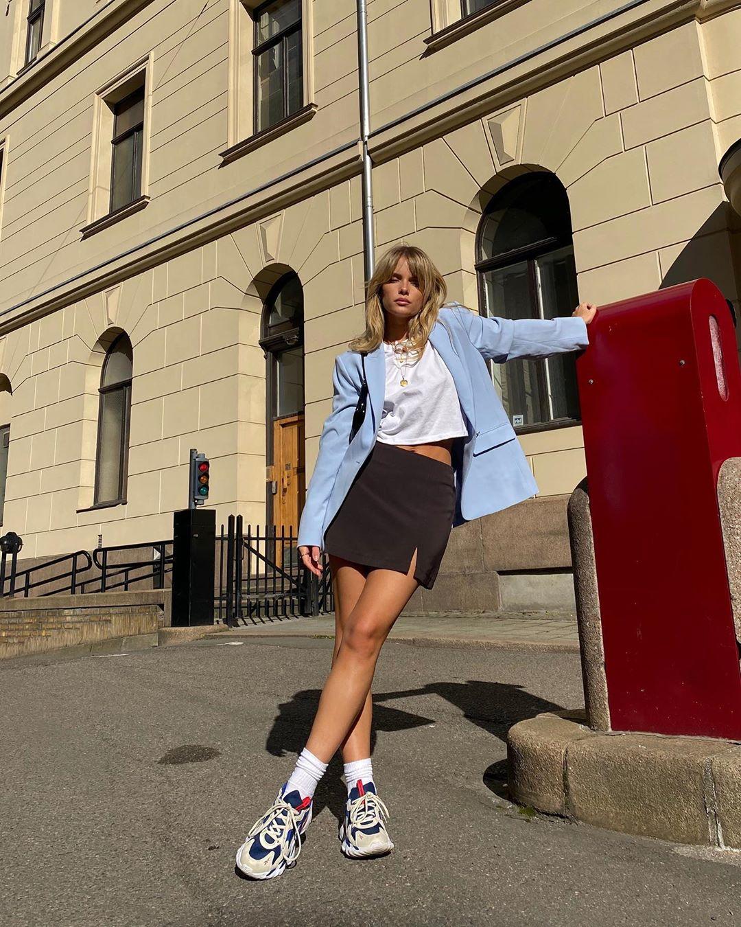 Josefine Vogt mặc áo lụa chân váy ngắn theo phong cách thời trang athleisure