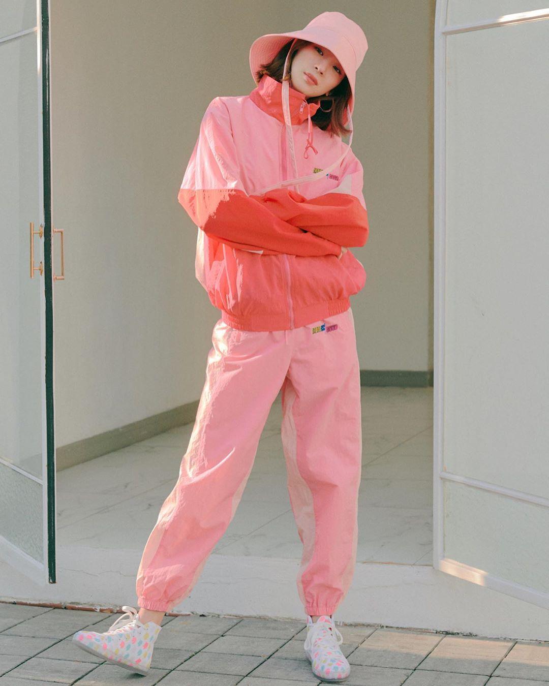 Irene Kim mặc áo gió và quần joggger màu hồng