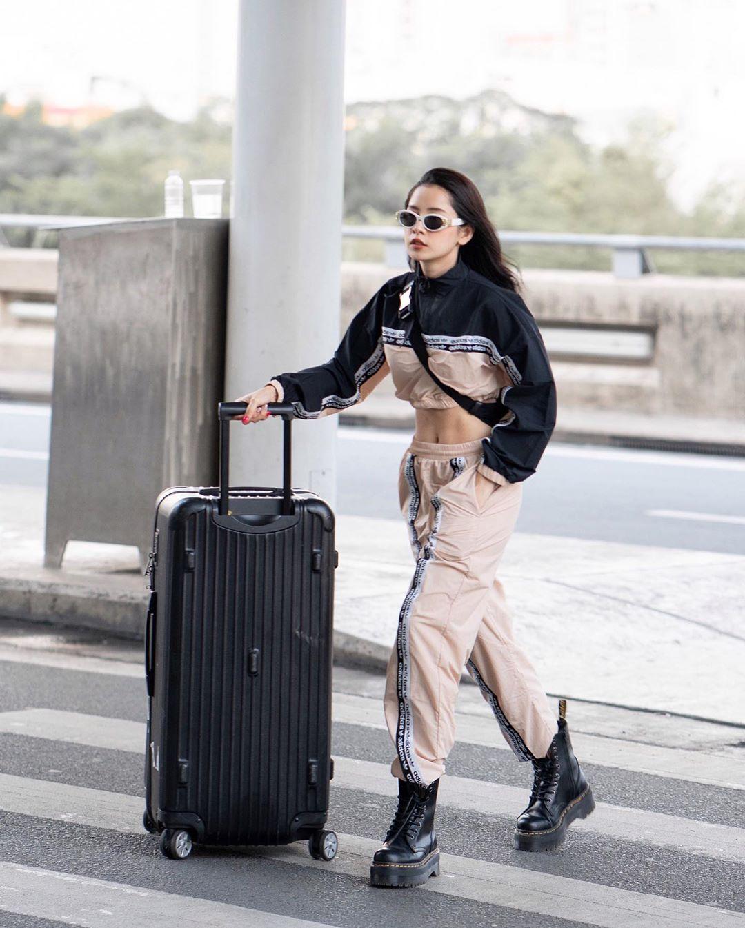 Chi Pu mặc quần jogger và áo khoác lửng màu đen - be