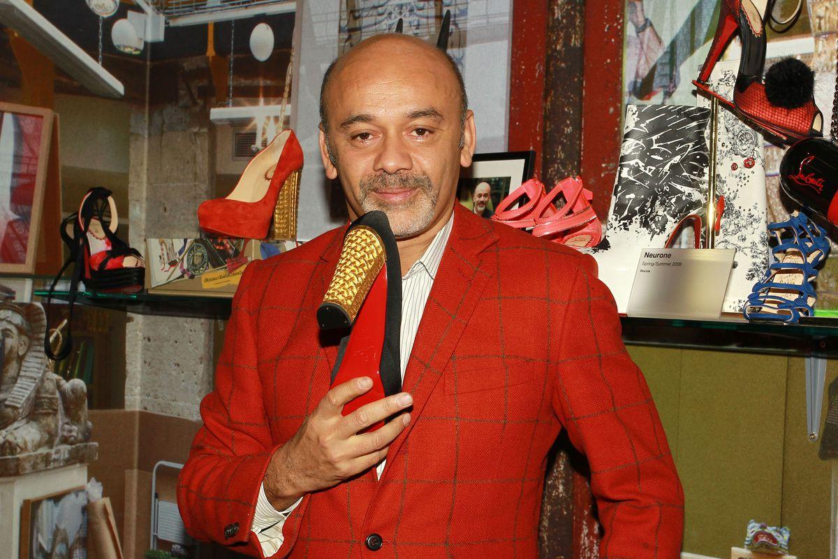 Christian Louboutin tại cửa hàng giày của mình