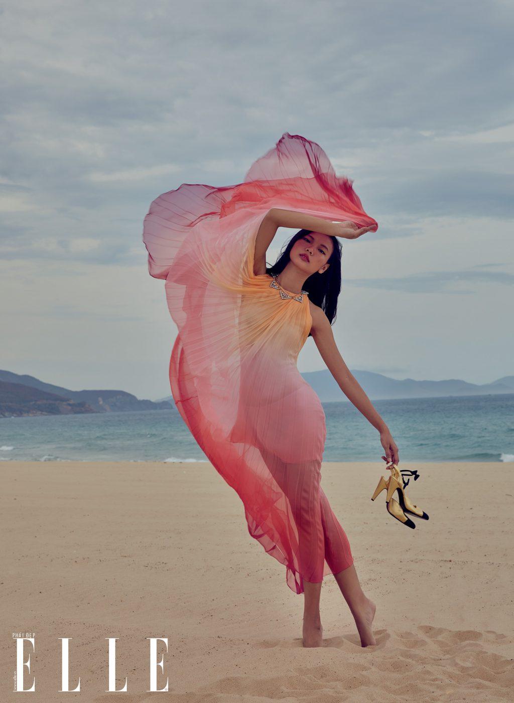 bộ ảnh thời trang mùa Hè đầm voan màu hồng và giày cao gót vàng
