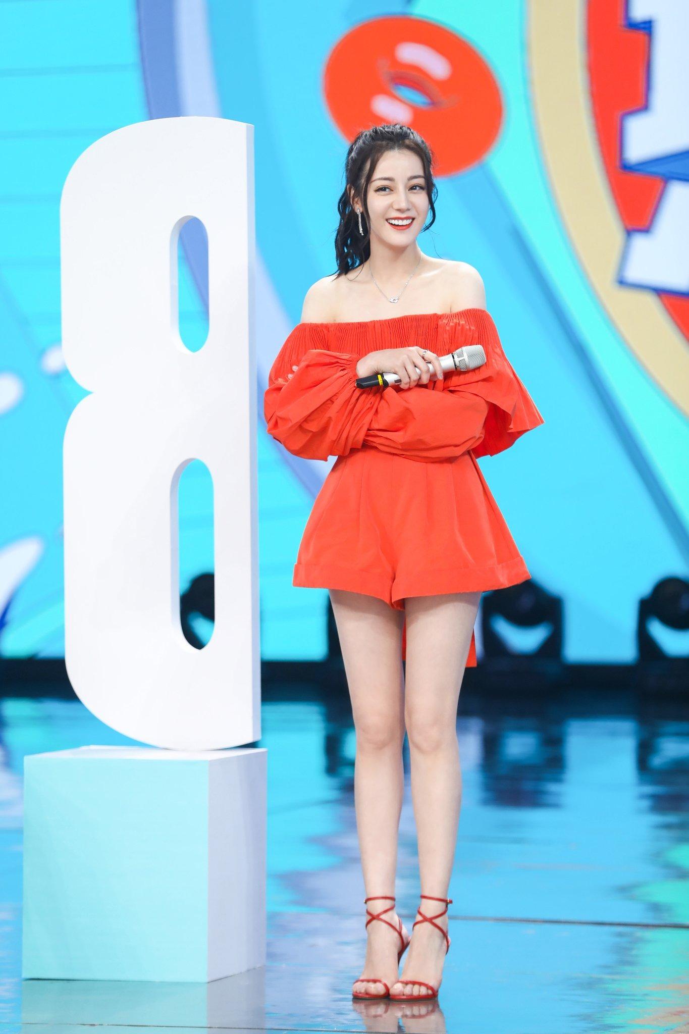 Địch Lệ Nhiệt Ba mặc áo trễ vai và quần shorts màu cam