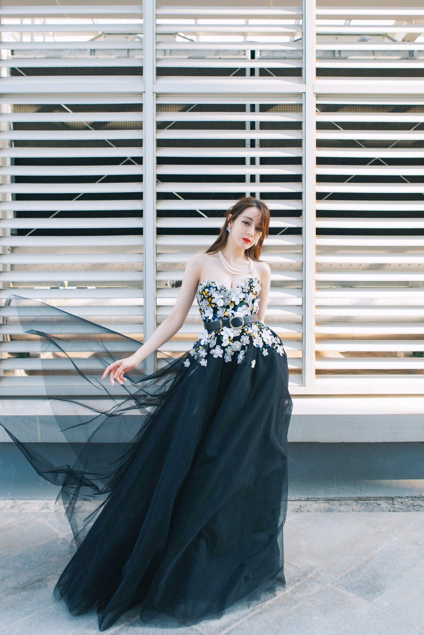 Địch Lệ Nhiệt Ba mặc đầm dạ hội Elie Saab màu đen