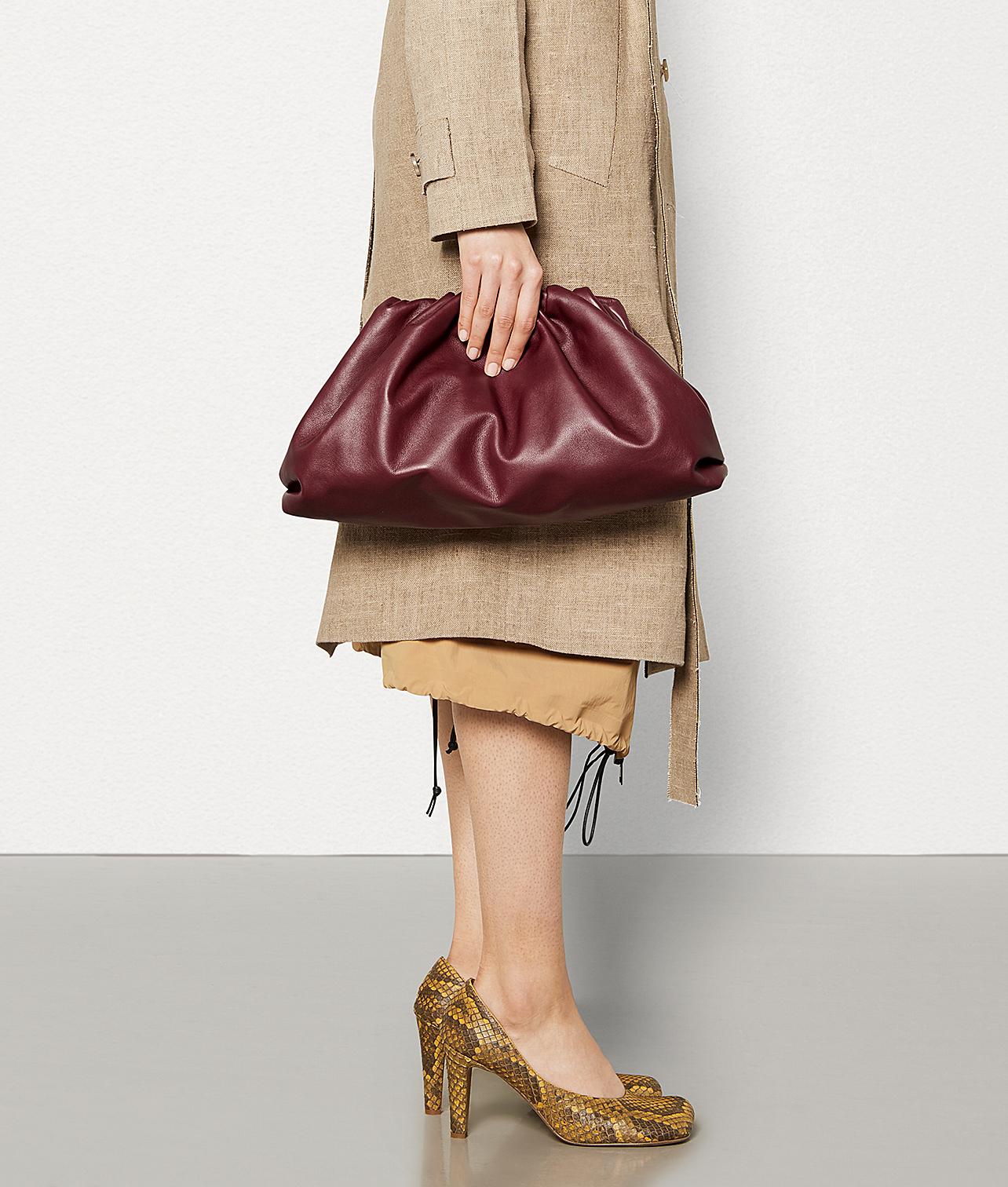 thiết kế túi cầm tay pouch clutch màu nâu đỏ của bottega veneta