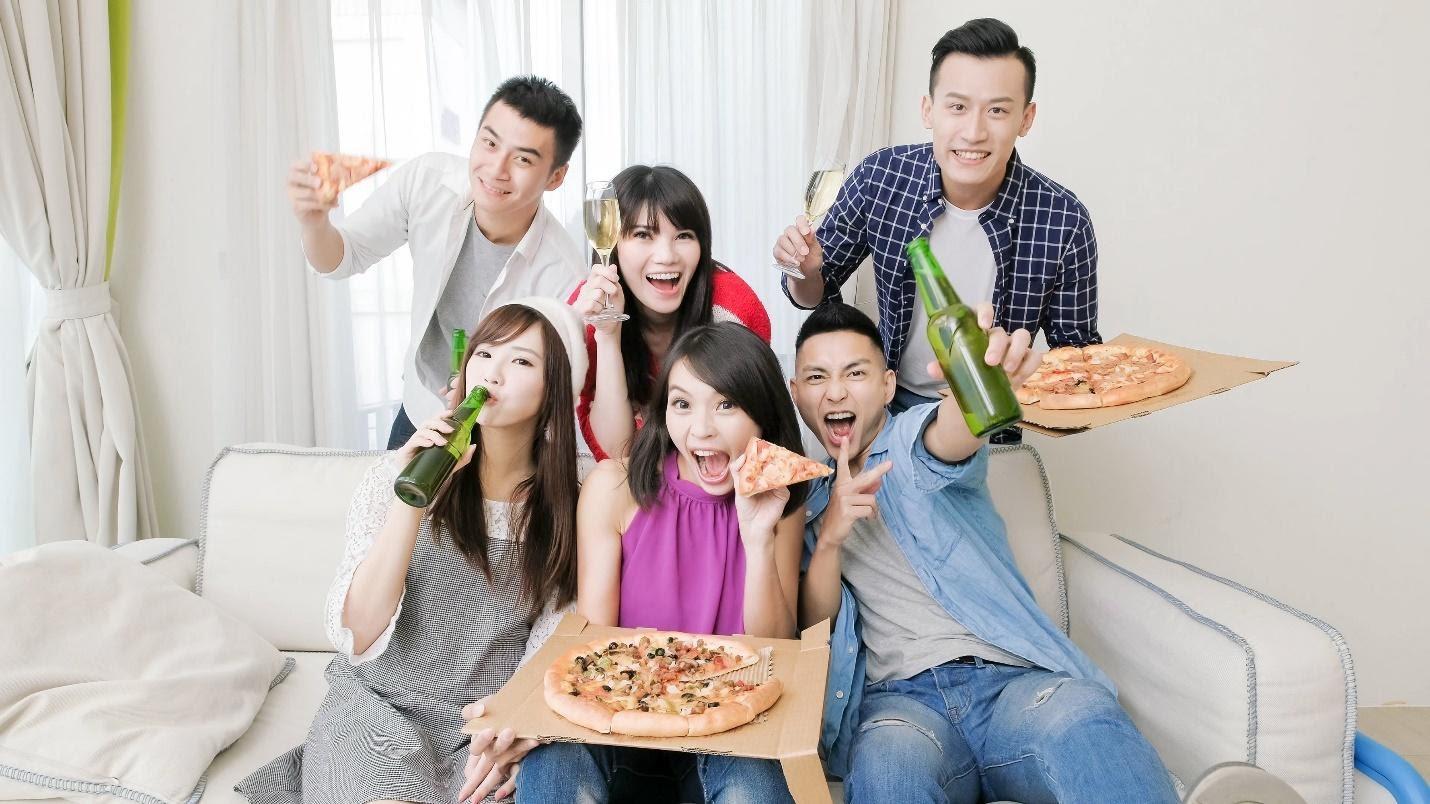 staycation - nhóm bạn ăn uống