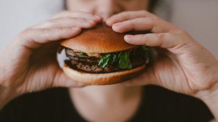 Thói quen ăn uống trước khi ngủ có hại không?