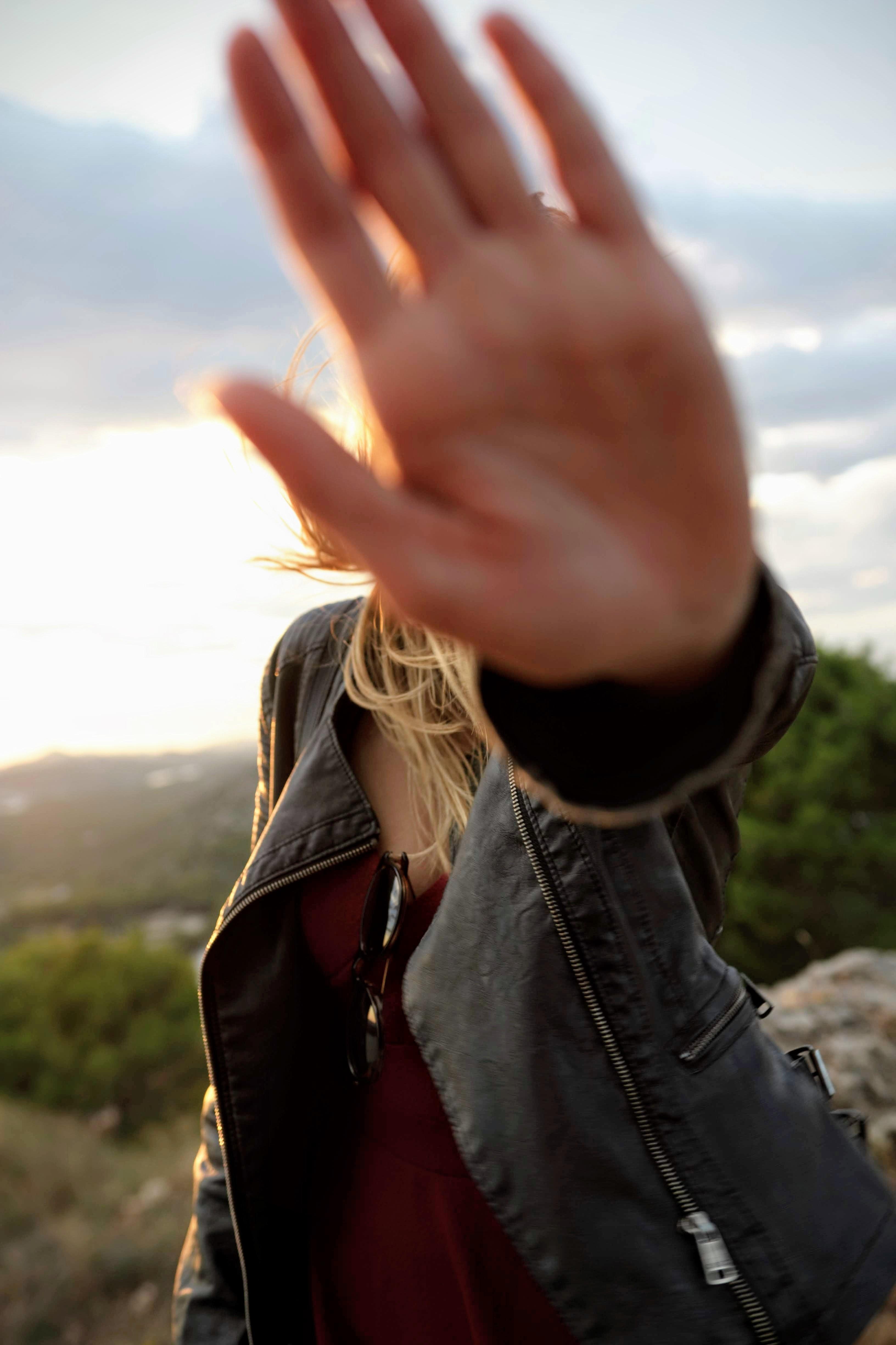 thao túng cảm xúc bàn tay cô gái