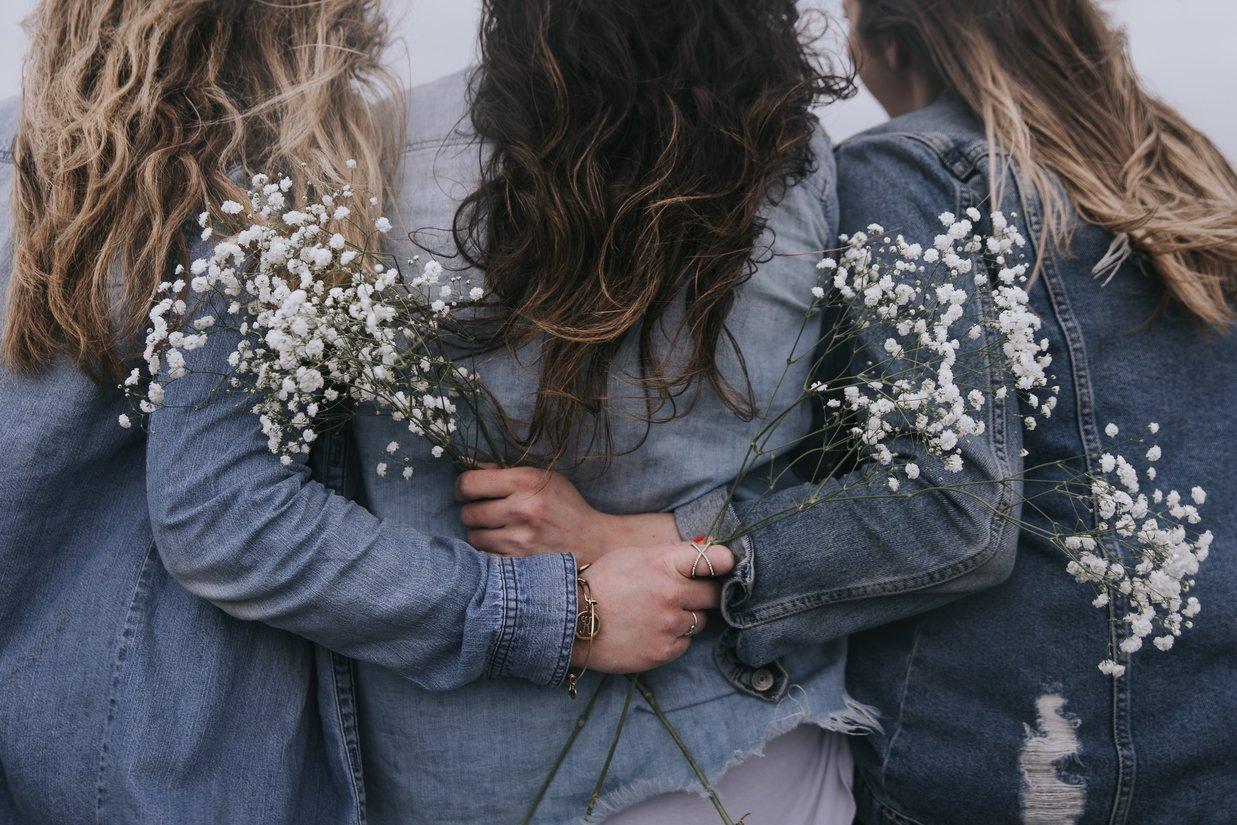 lạm dụng cảm xúc cô gái cầm hoa