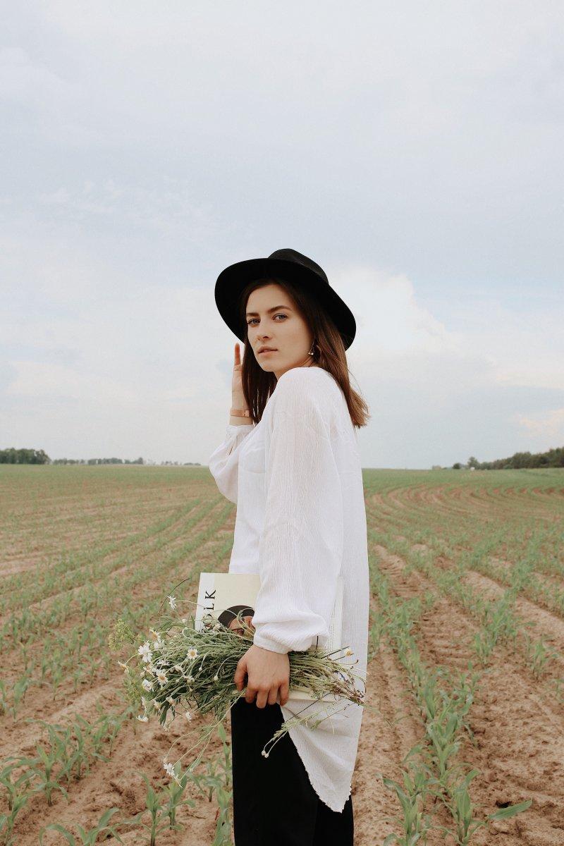 cảm xúc cô gái mang áo trắng