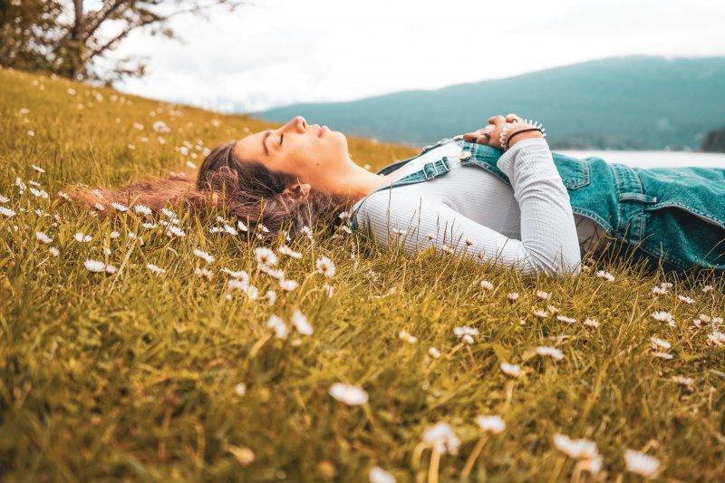cảm xúc cô gái nằm trên bãi cỏ