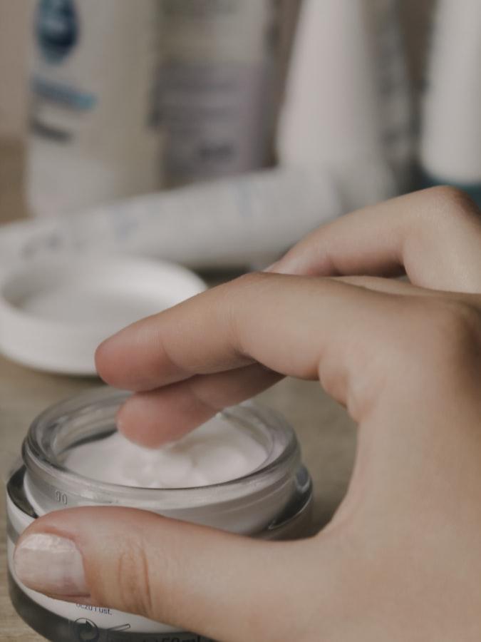 thoa kem dưỡng ẩm mỗi ngày cho mặt và cả khu vực lông mày