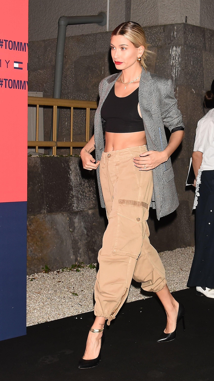 hailey bieber mặc đồ công sở mùa hè quần jogger be áo blazer kẻ sọc