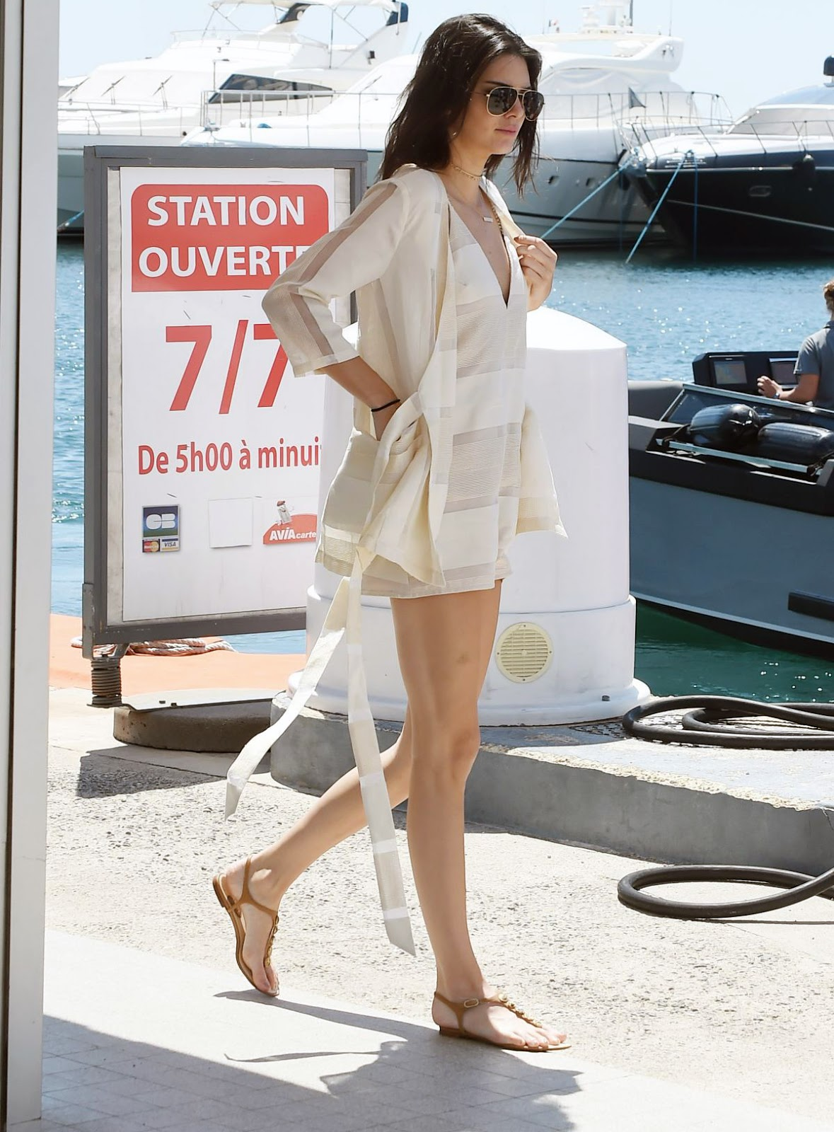 kendall jenner mặc đồ jumpsuit ngắn mùa hè mang giày sandal dây