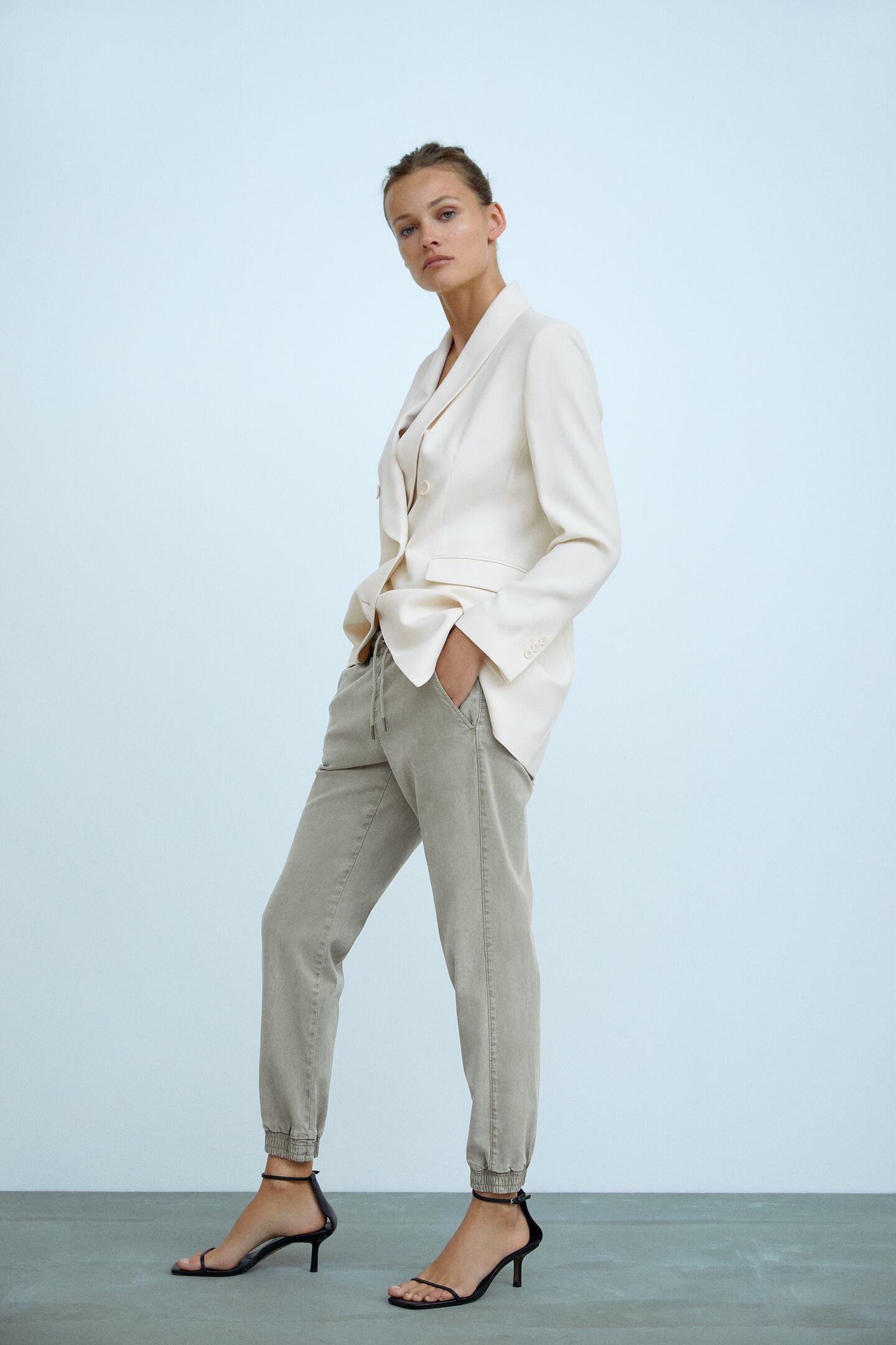 người mẫu zara mặc trang phục blazer quần jogger giày sandal dây