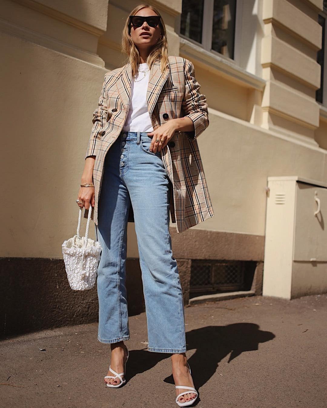 cô gái mang giày sandal nữ mũi vuông phong cách thập niên 90