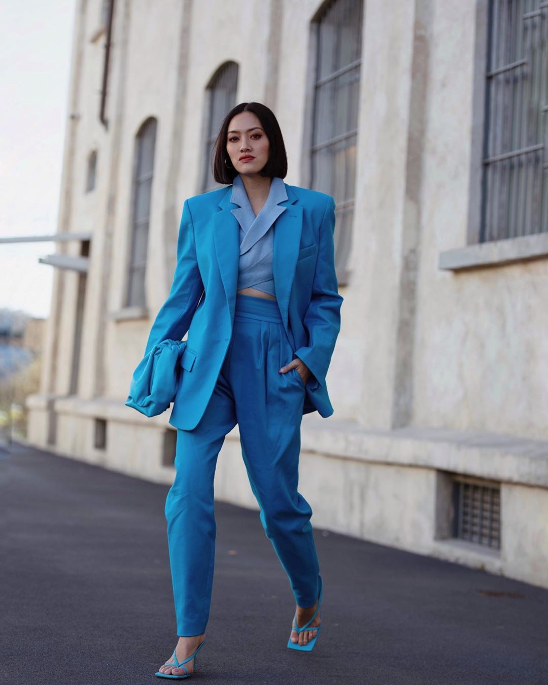 tiffany hsu mặc bộ âu phục suit màu xanh monochrome mang giày sandal nữ mũi vuông