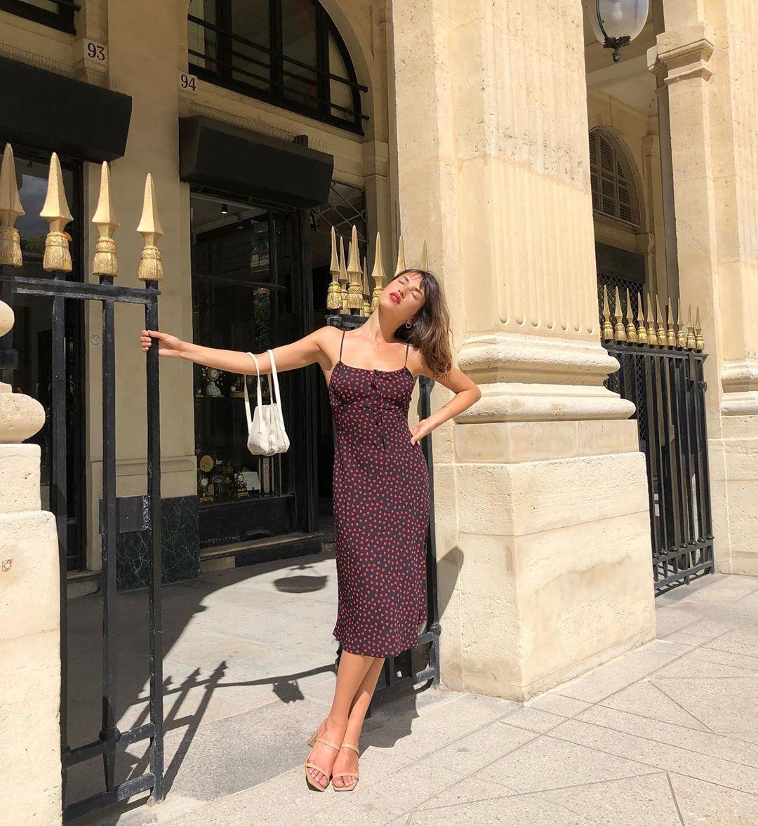 jeanne damas mặc đầm slip dress mang giày sandal nữ mũi vuông