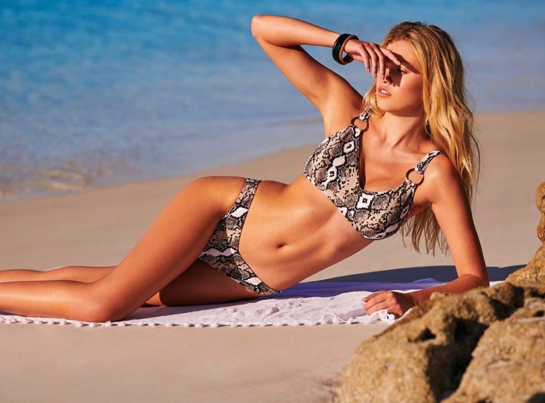 Maggie Laine mặc bikini da báo