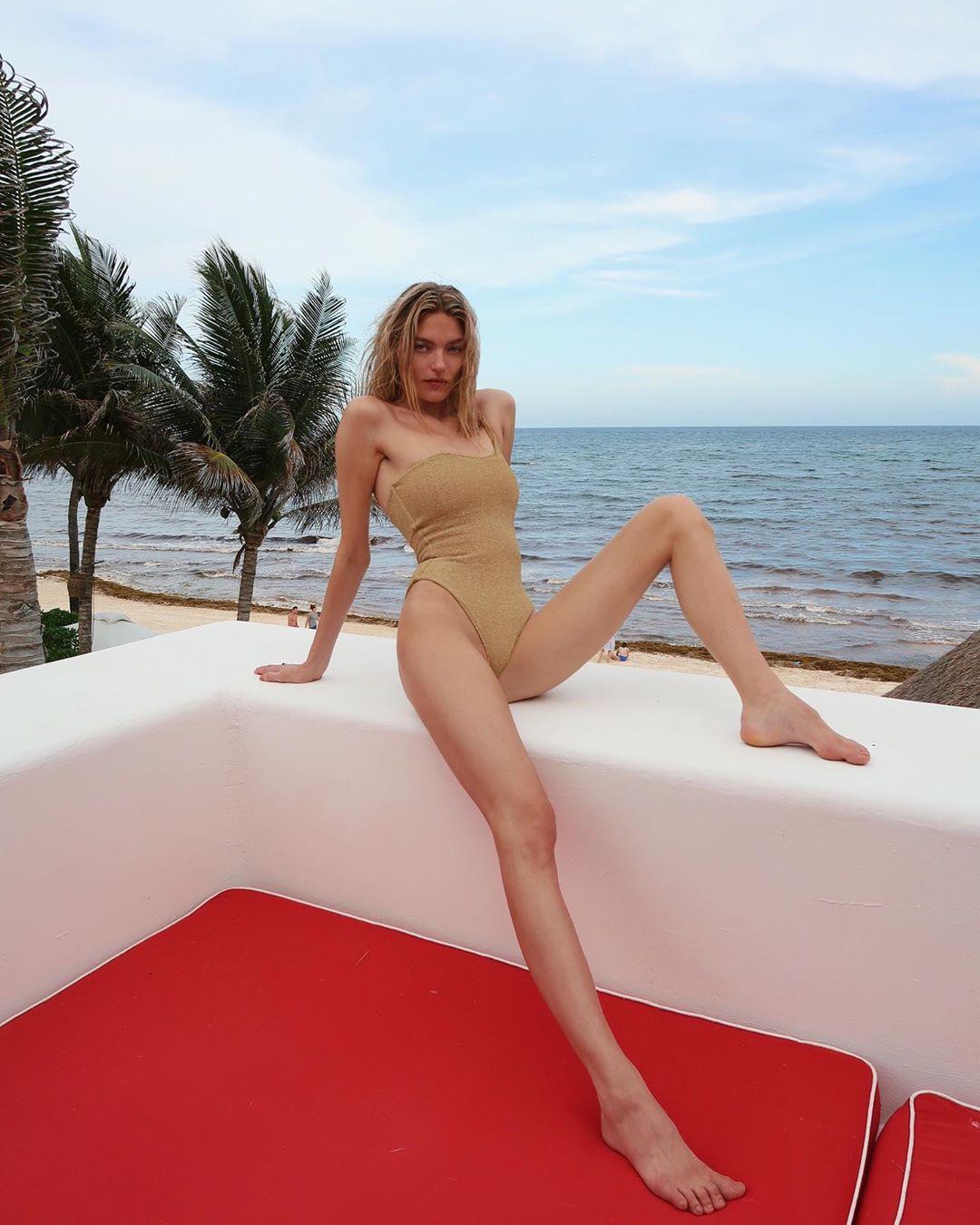 Martha Hunt mặc đồ bơi trơn màu nude