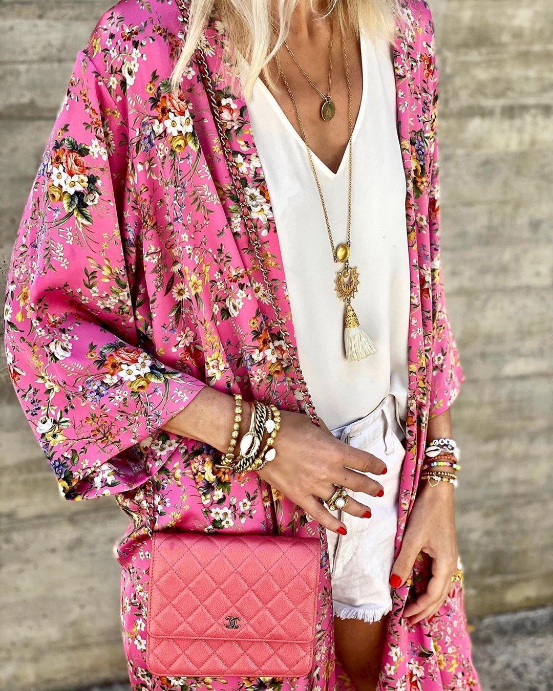 @annamavridis mặc áo kimono, áo hai dây, quần short, đeo vòng cổ nhiều tầng, vòng tay, nhẫn