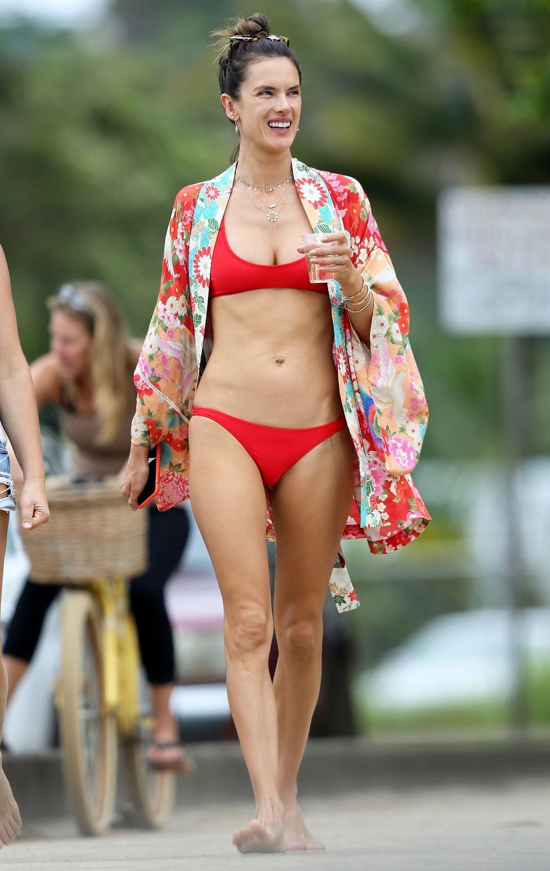 Alessandra Ambrosio mặc bikini hai mảnh màu đỏ và áo kimono