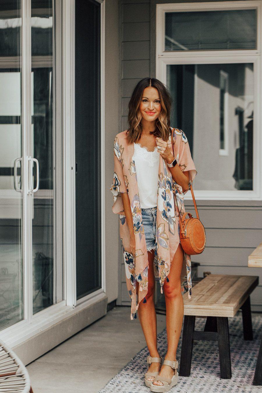 Laurenkaysims mặc áo hai dây, quần shorts, áo kimono