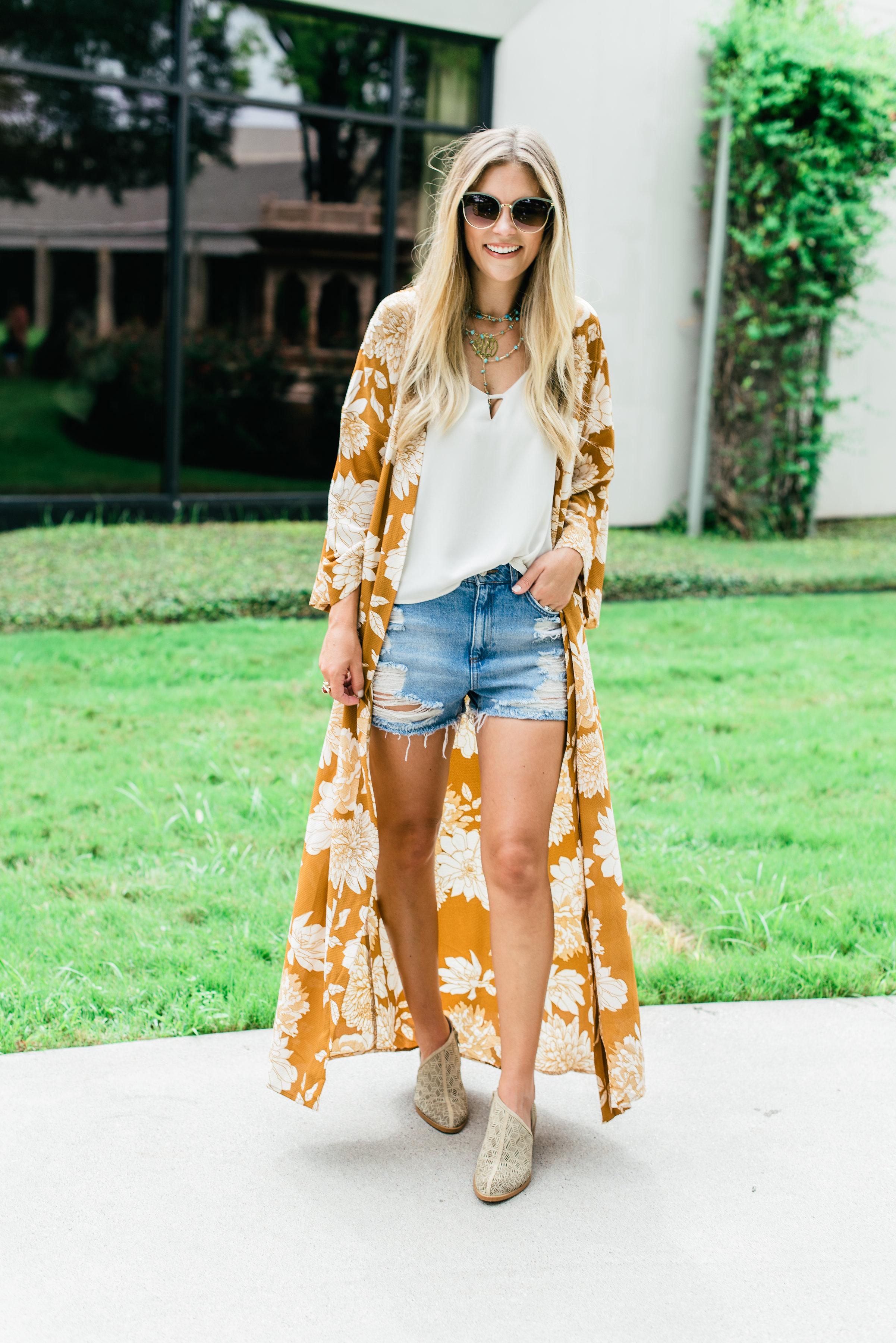 Littleloveliesblog mặc áo kimono dáng dài, áo hai dây và quần shorts
