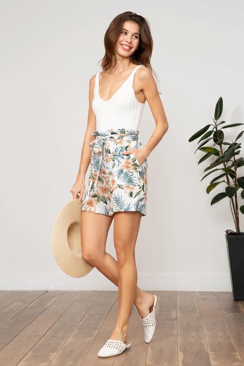 Quần hoa ngắn và áo tanktop trắng
