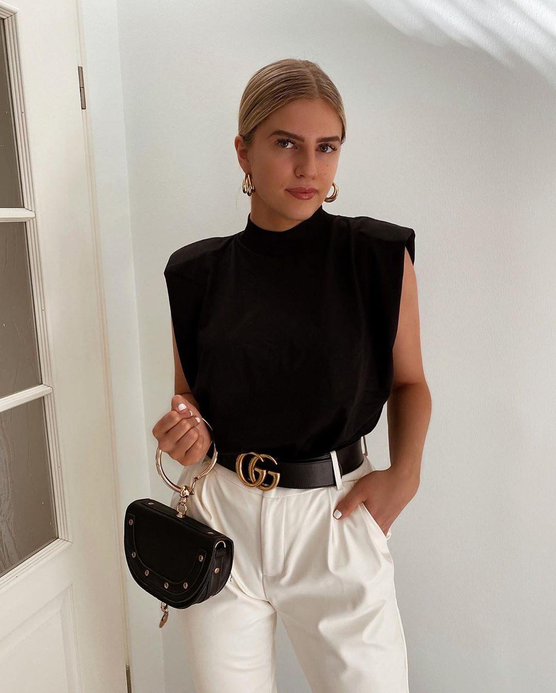 Áo thun độn vai màu đen và quần tây trắng