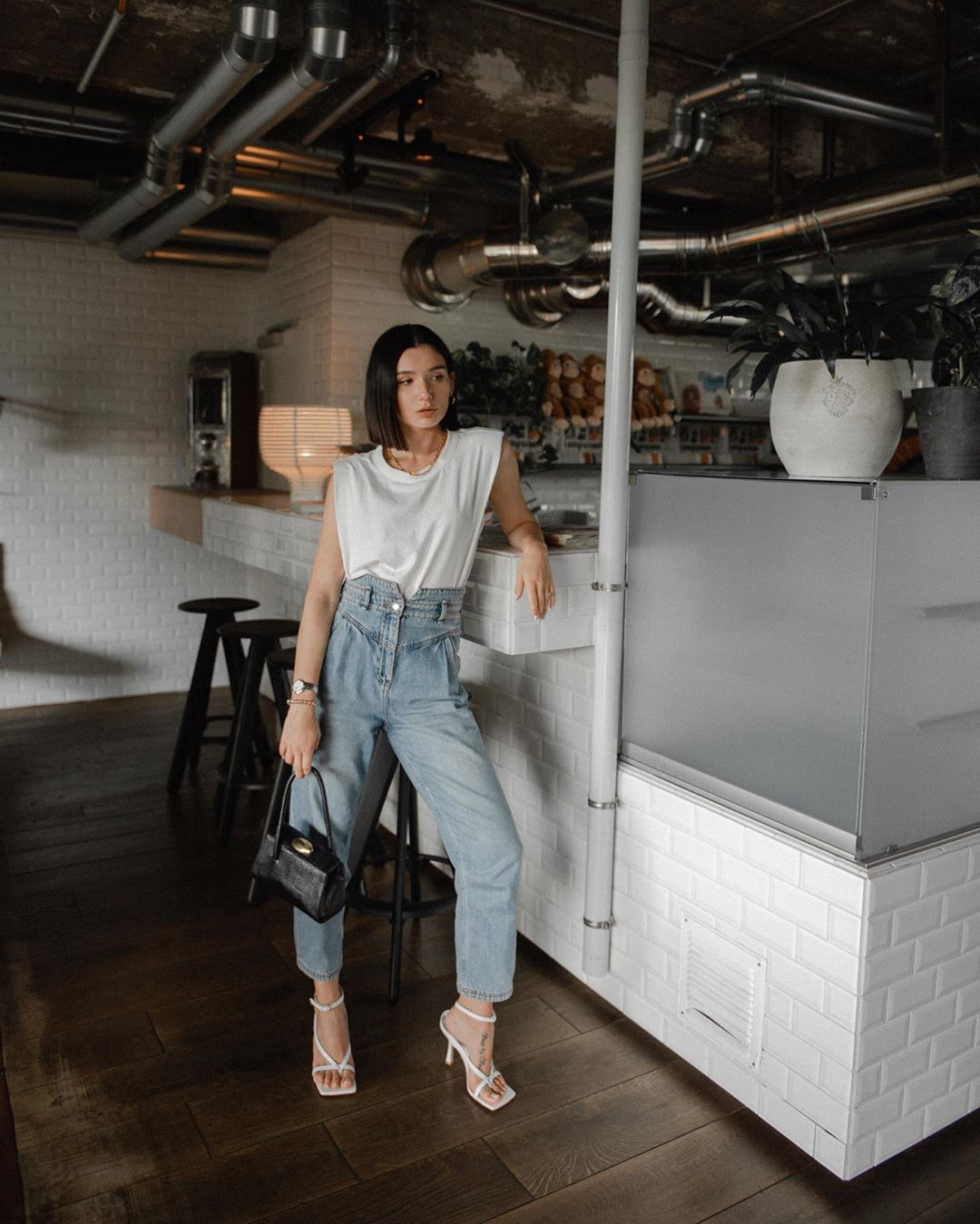 Áo thun độn vai màu trắng và quần jeans baggy
