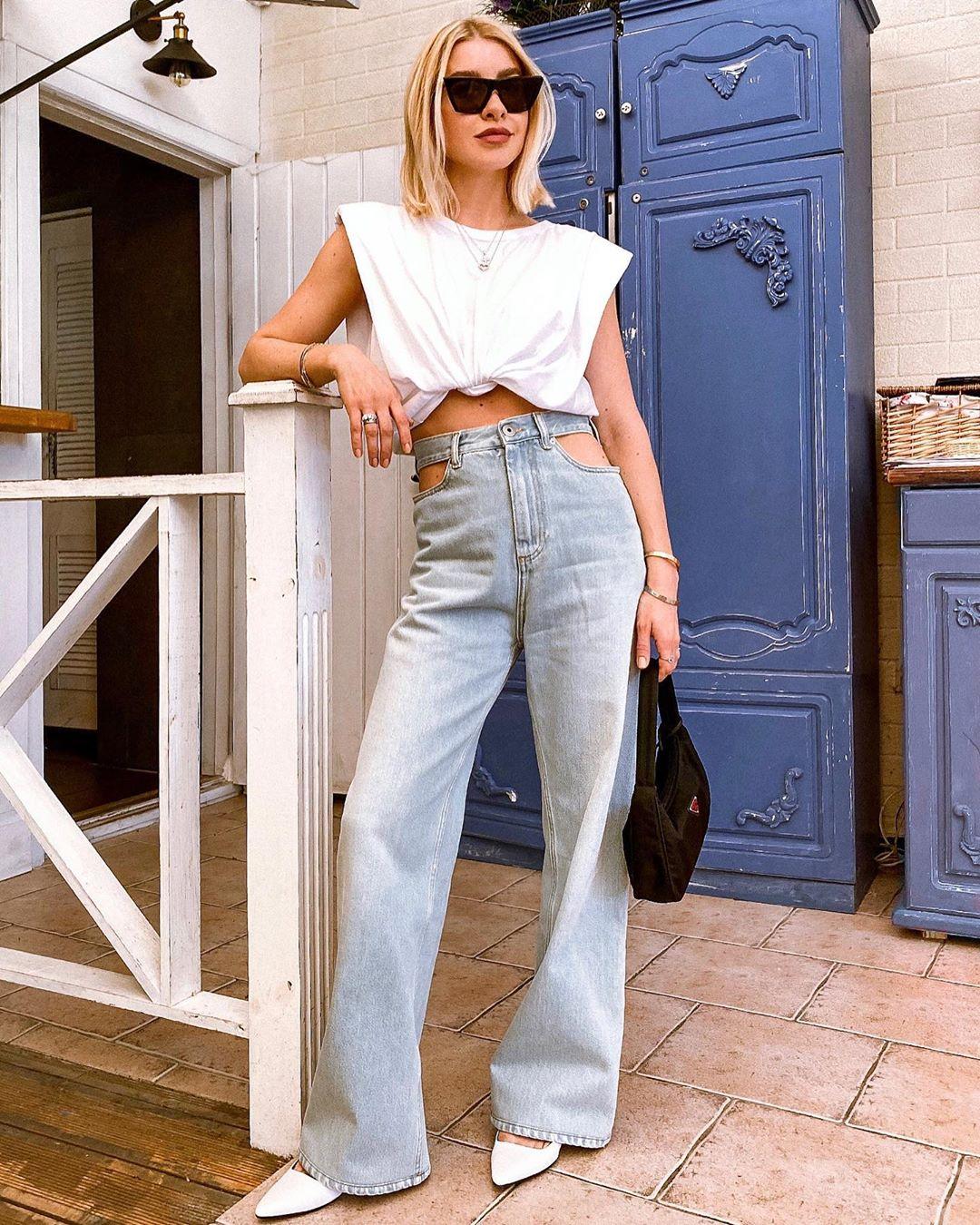 Áo thun độn vai và quần jeans ống loe