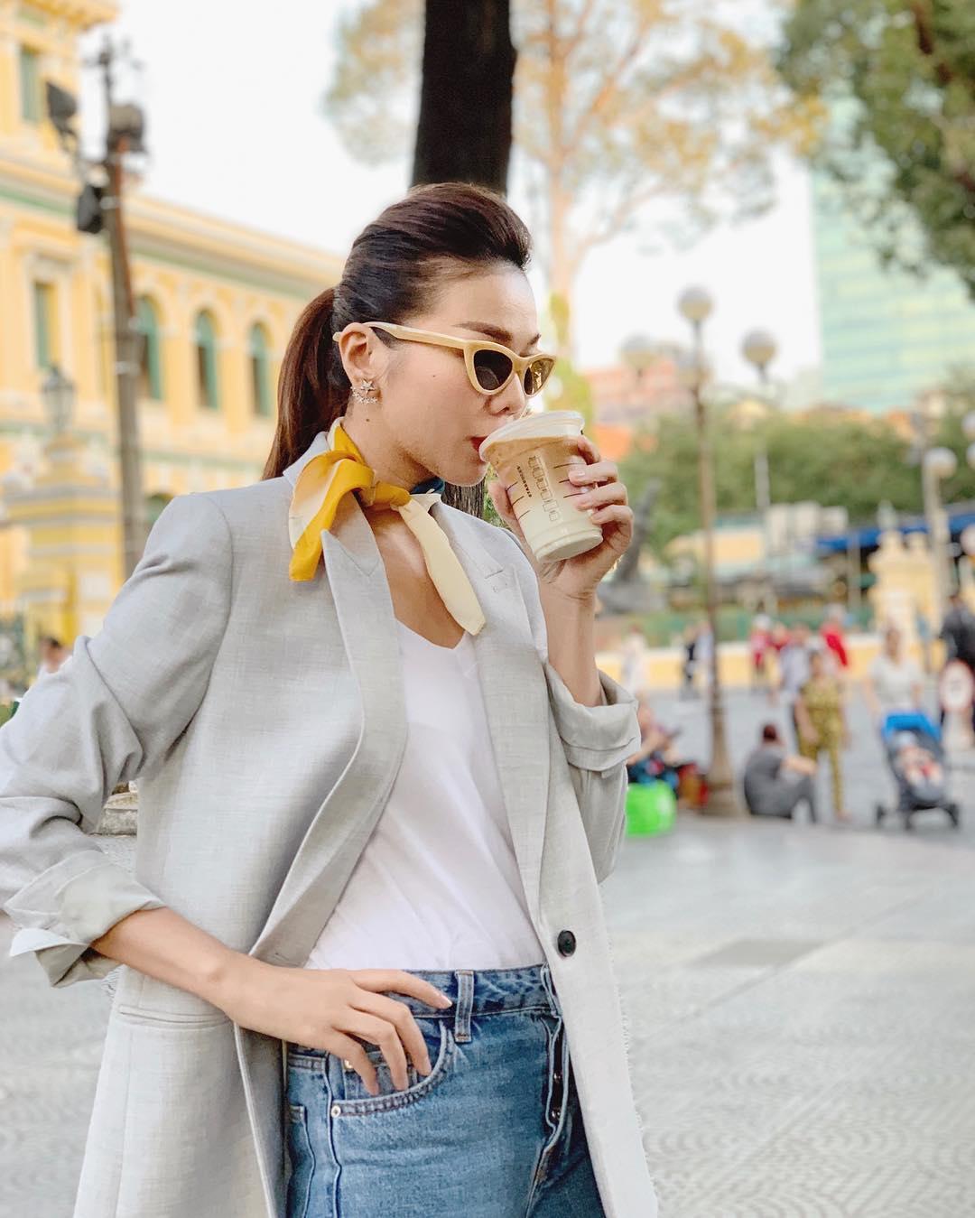 Dress code semi formal - Thanh Hằng mặc đồ đơn giản, đeo khăn quàng cổ và mắt kính màu vàng