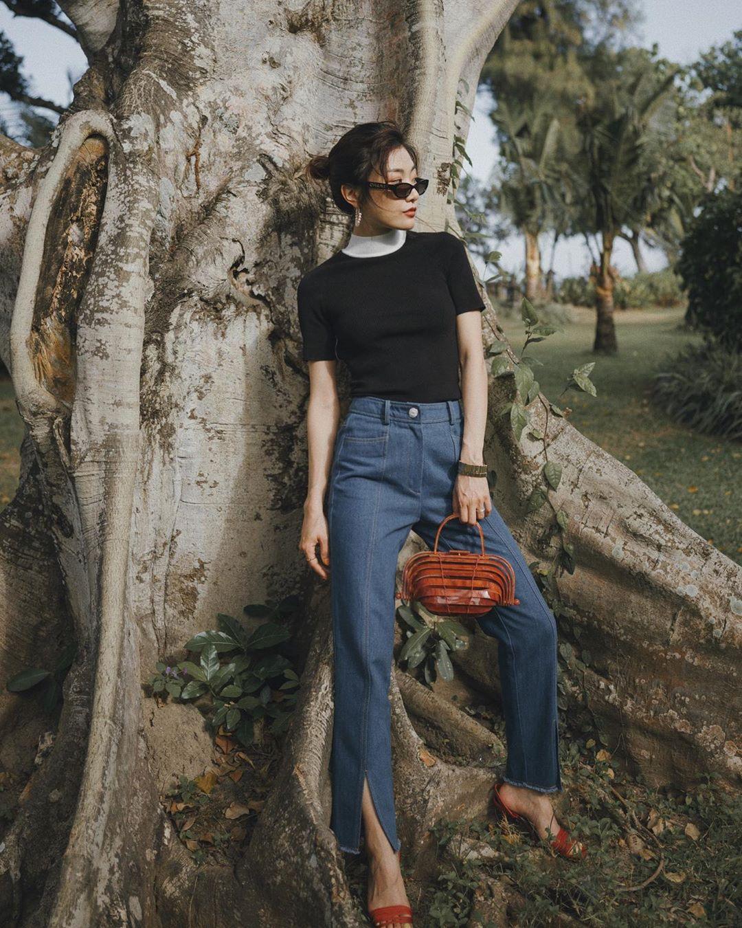 dress code semi formal - áo thun đen và quần jeans xẻ gấu
