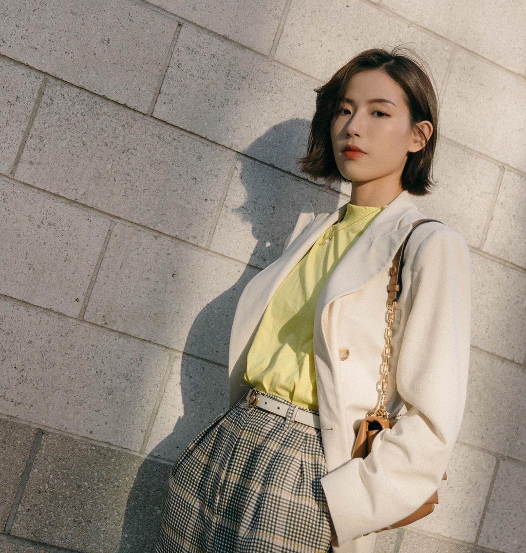 Dress code semi formal - áo thun vàng, blazer trắng, quần kẻ ô