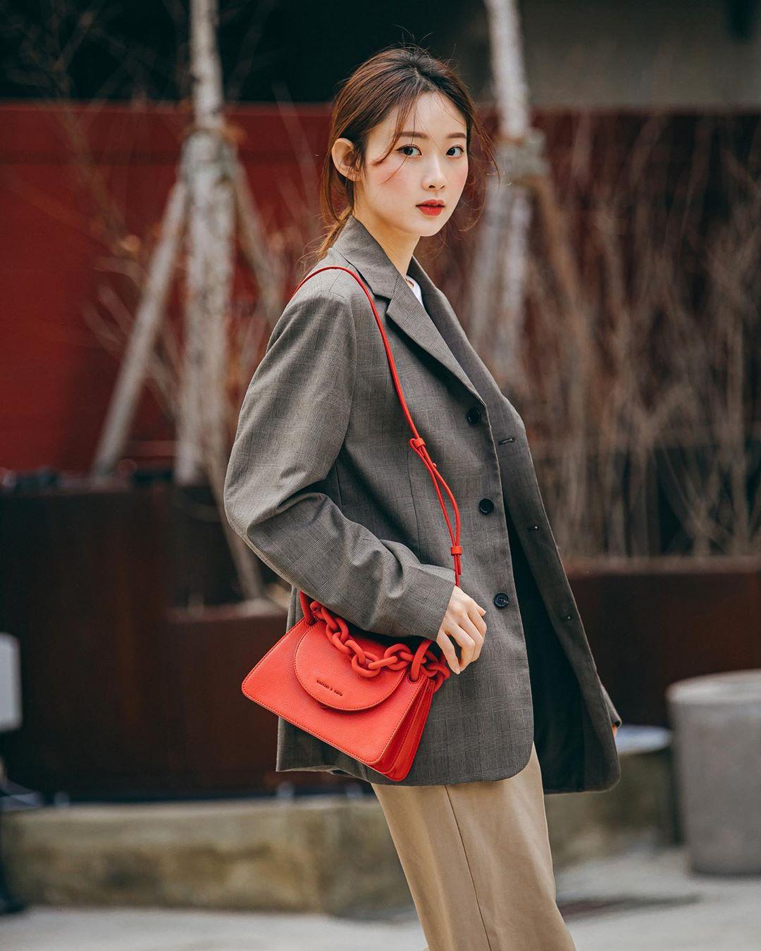 Dress code semi formal - Túi xách đỏ nôi bật