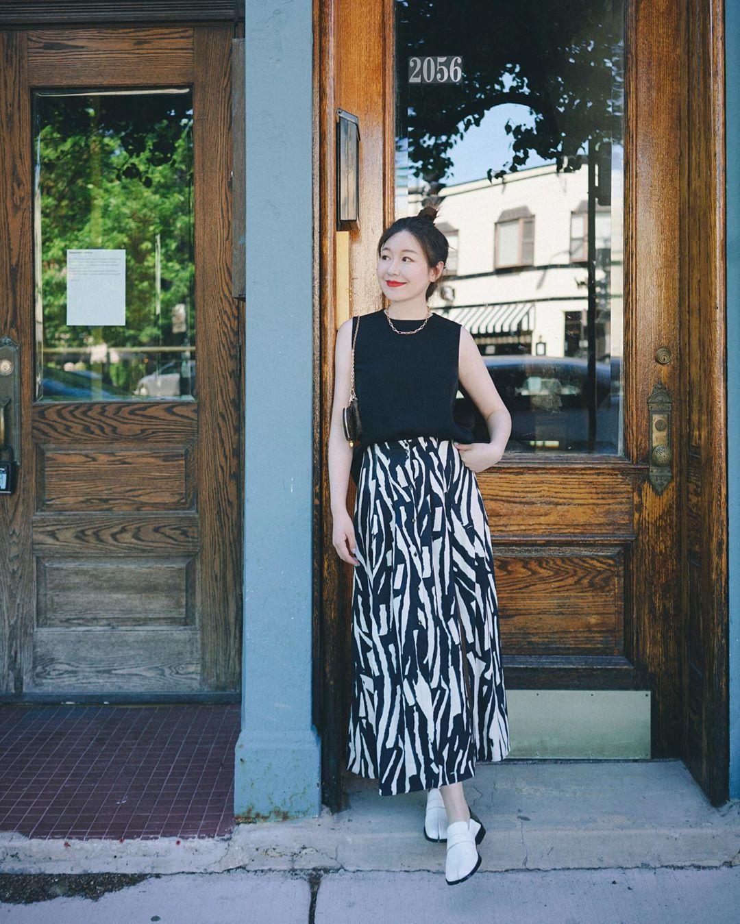 Dress code semi formal - Chân váy họa tiết trừu tượng và áo tanktop đen