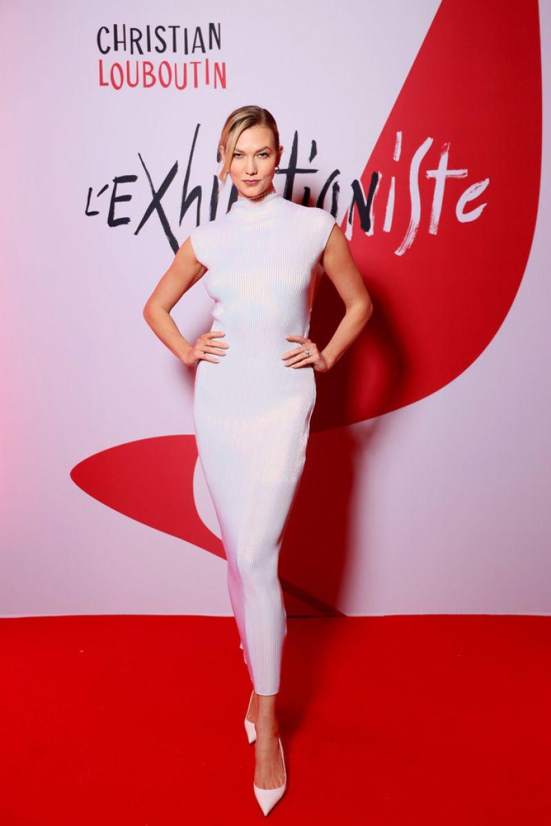 Karlie Kloss mang giày đế đỏ Christian Louboutin