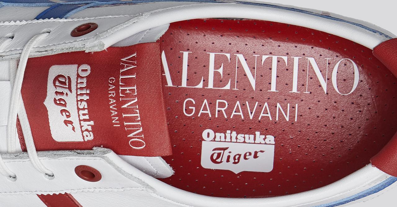 Giày thể thao Onitsuka Tiger kết hợp với Valentino - logo thương hiệu bên trong giày