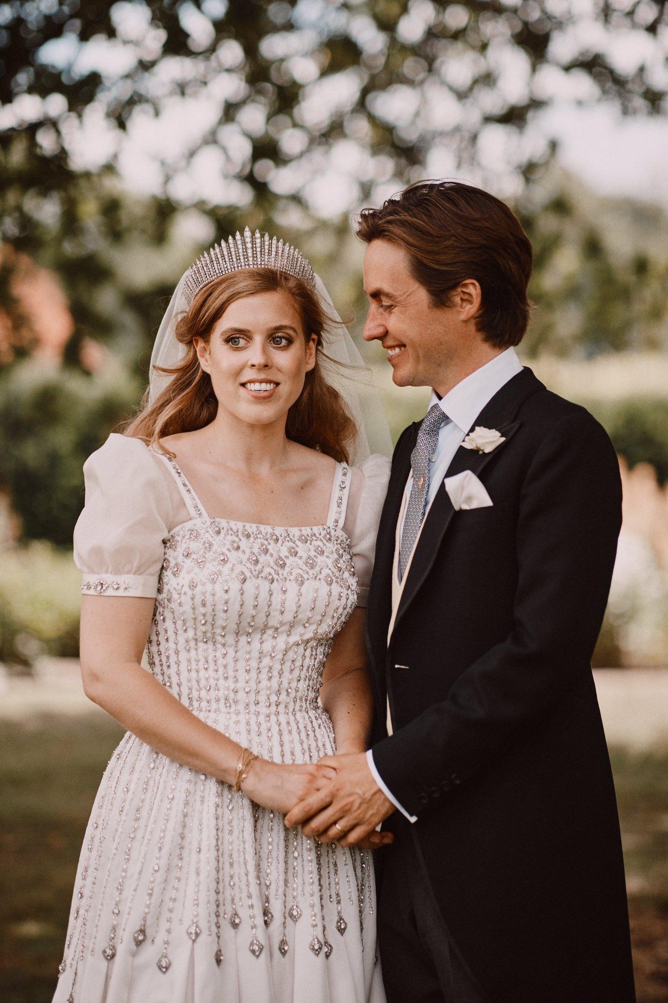 Công chúa Beatrice diện váy cưới mượn từ nữ hoàng