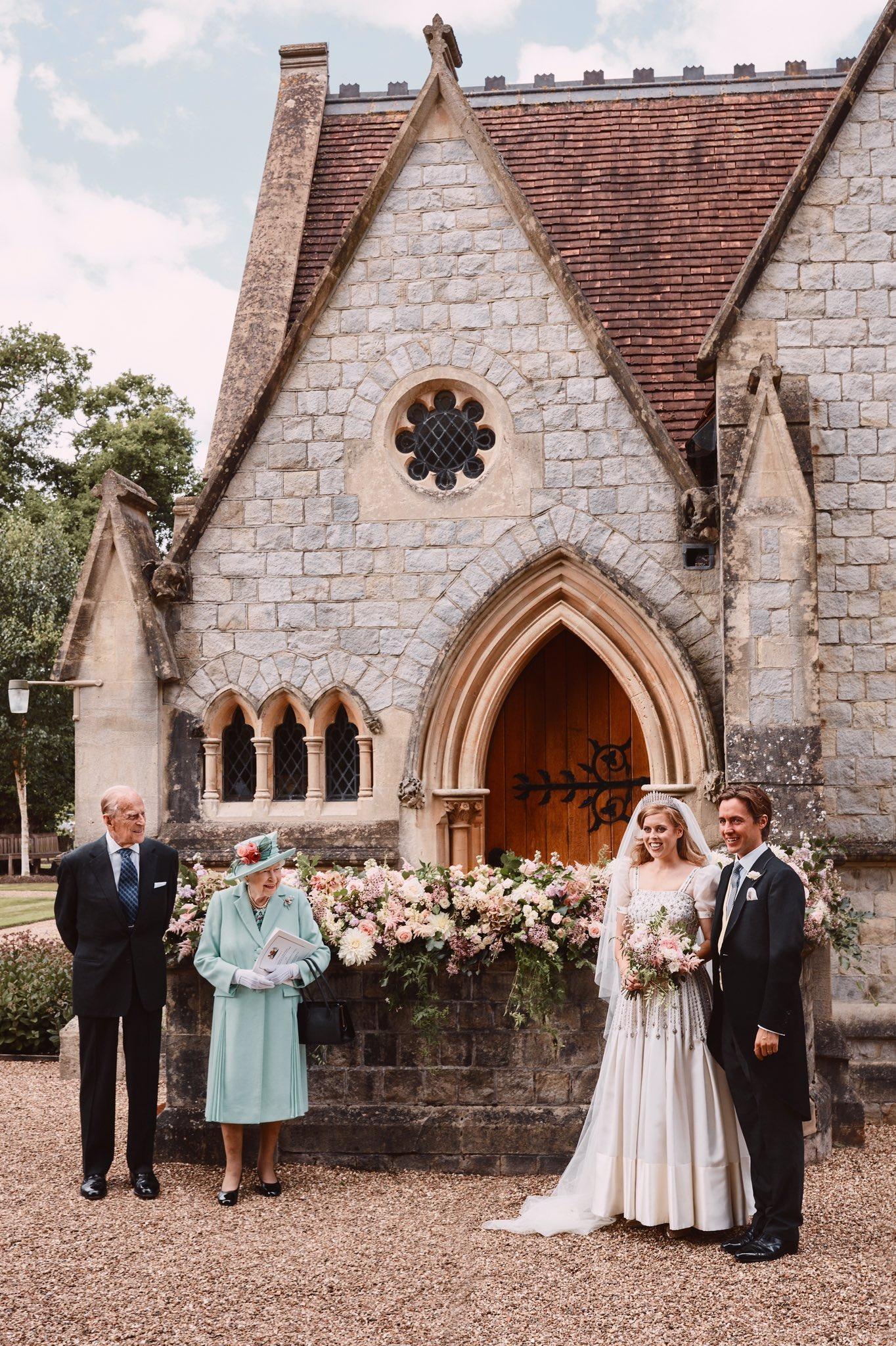 Công chúa Beatrice mặc váy cưới cổ điển
