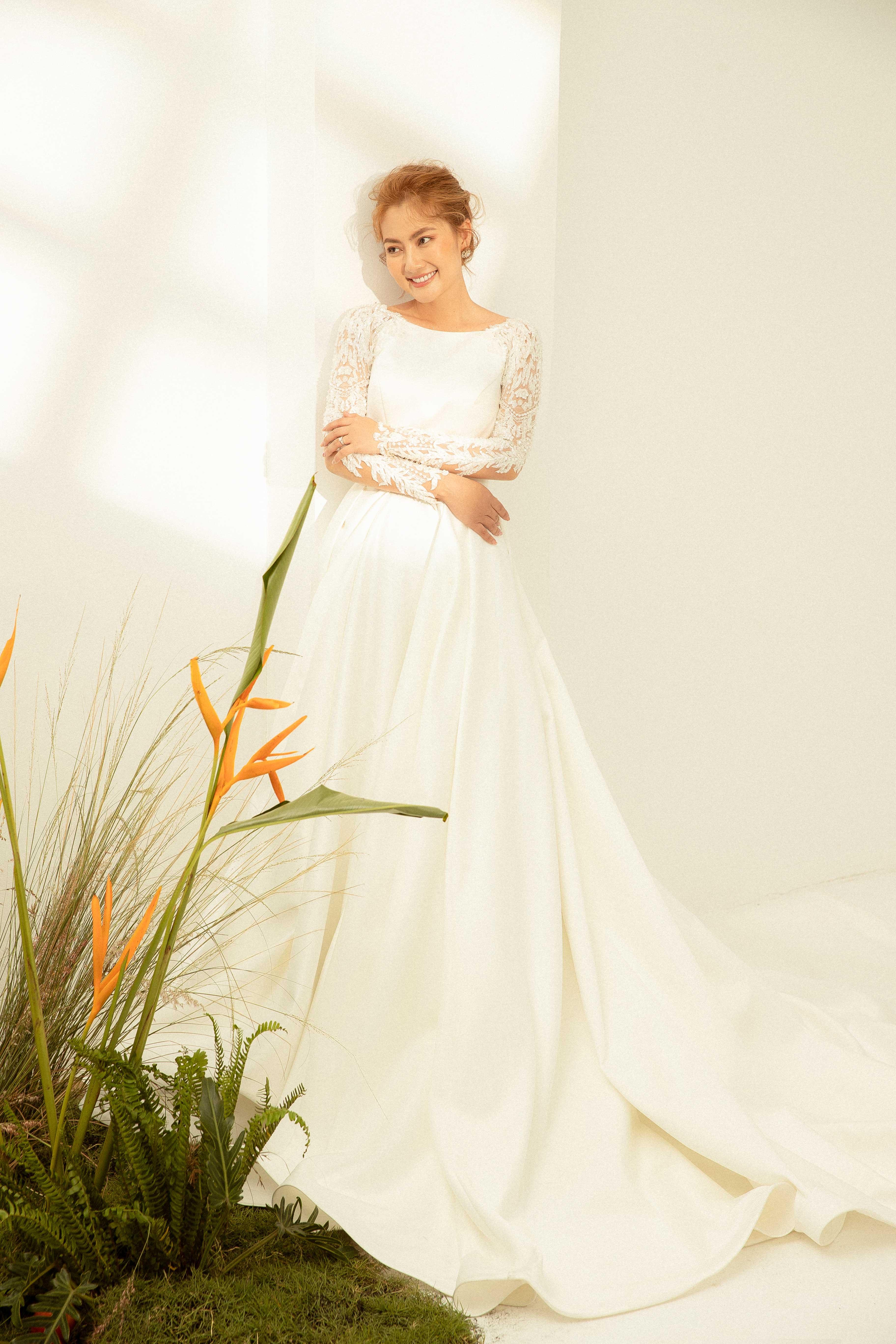 Váy cưới Elisa Bridal Couture tay dài màu trắng