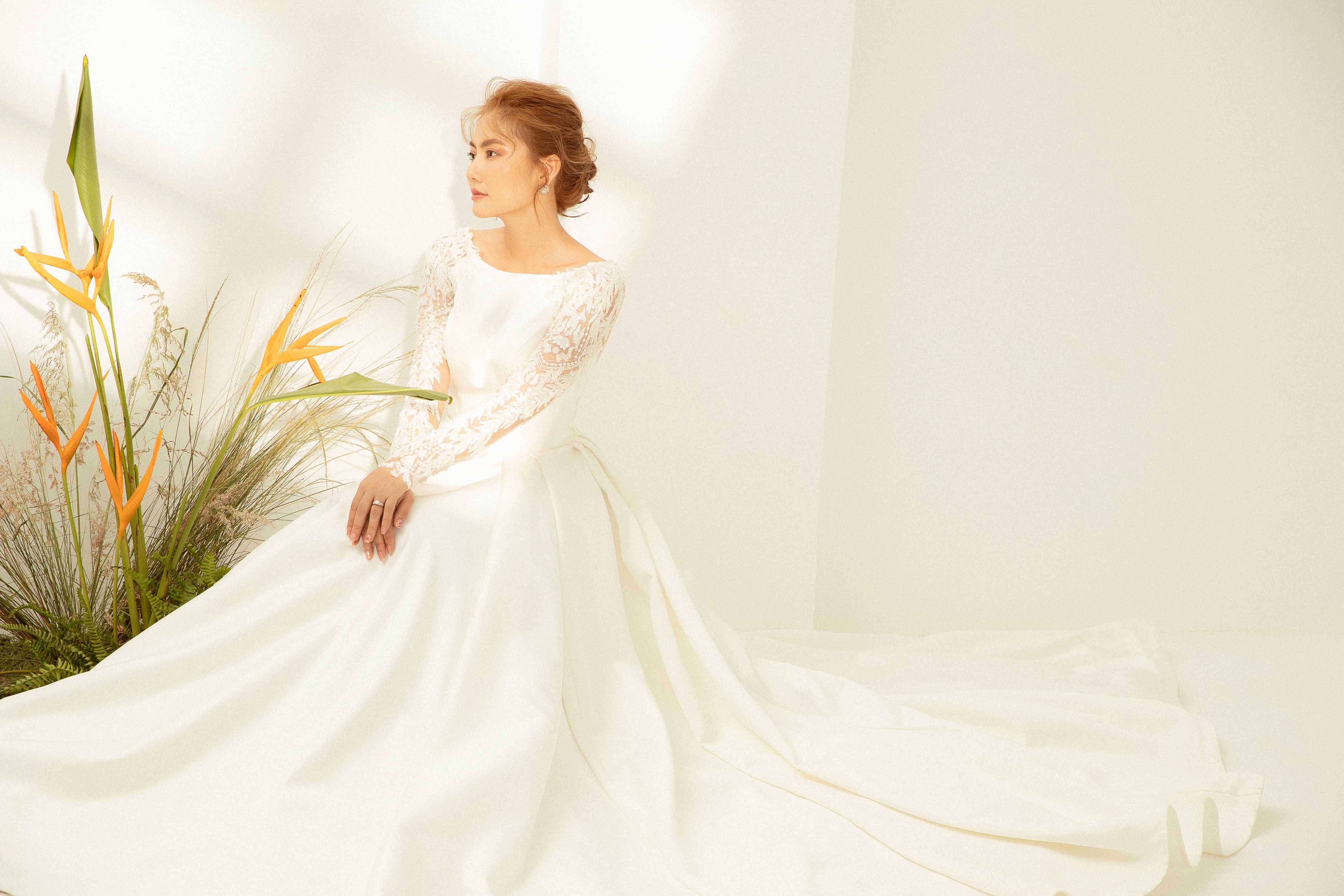 Váy cưới Elisa Bridal Couture tay dài ren màu trắng