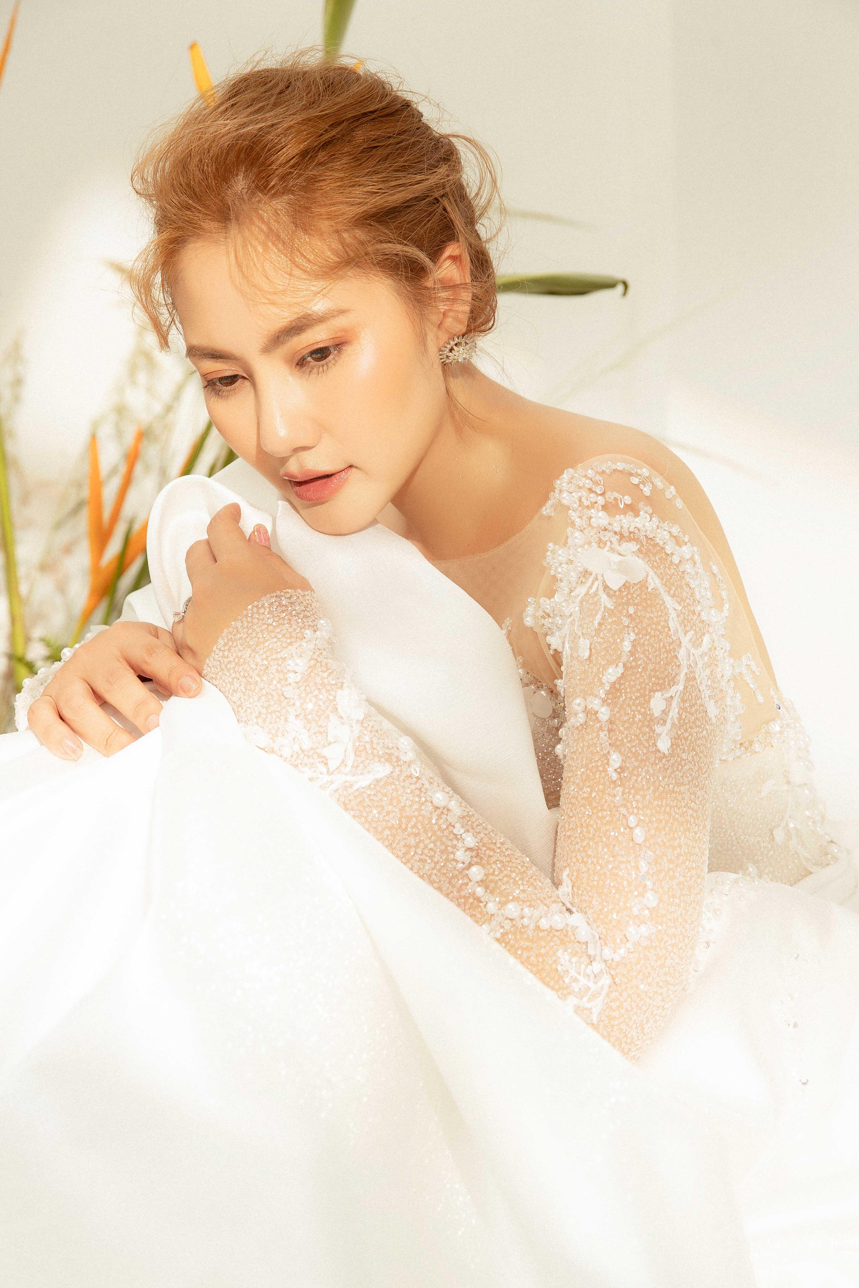 Váy cưới Elisa Bridal Couture tay dài kết pha lê màu trắng