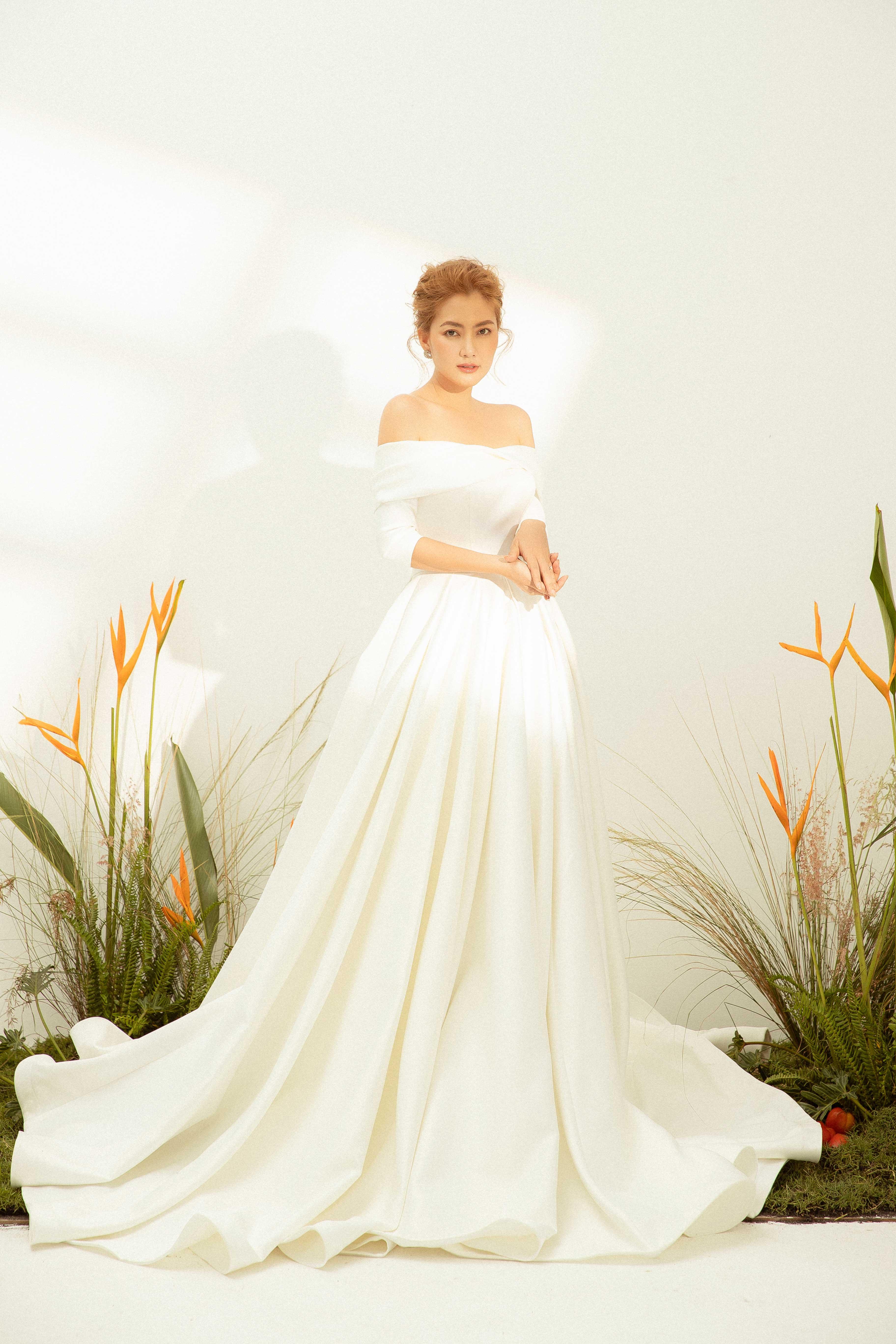 Váy cưới Elisa Bridal Couture trễ vai màu trắng