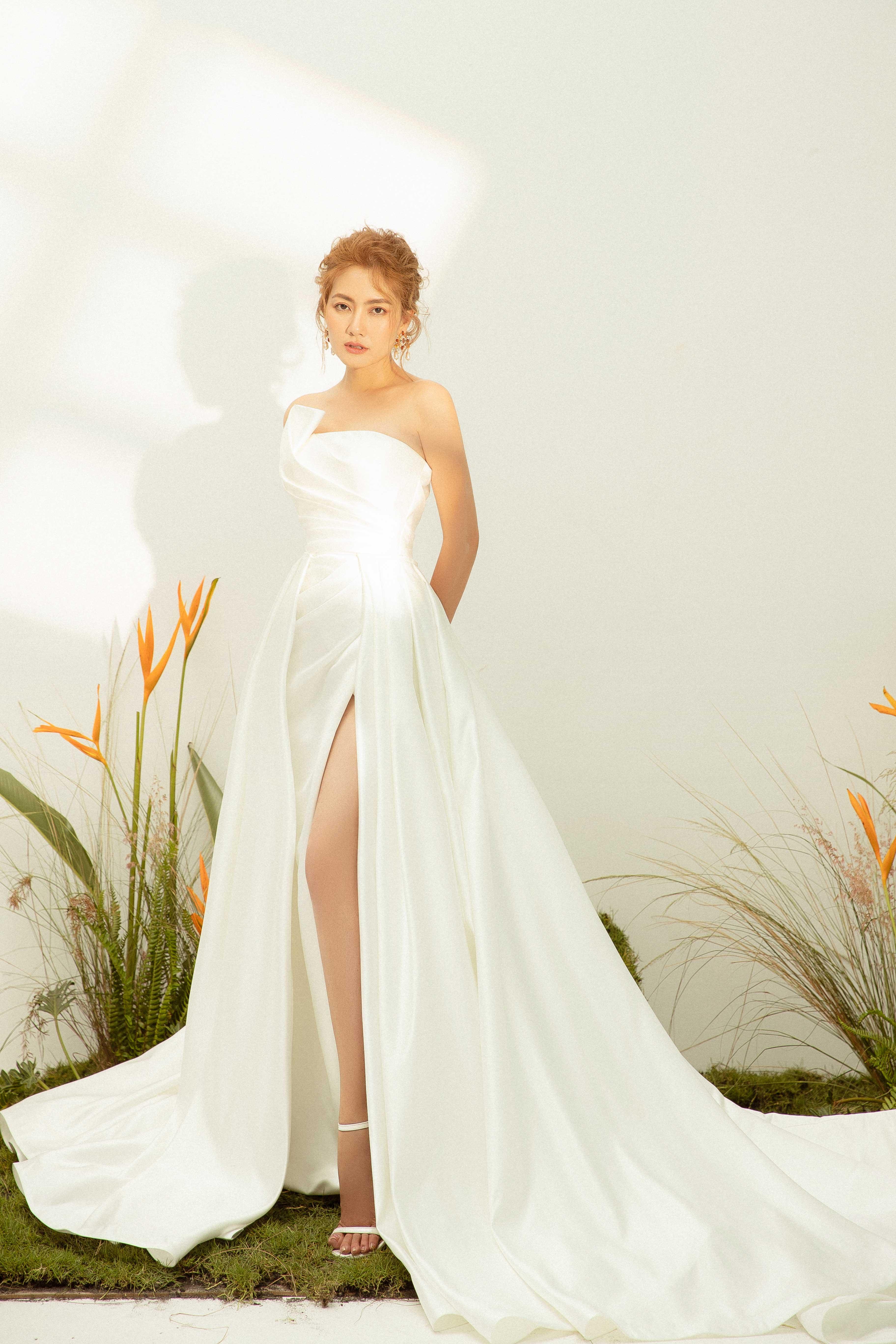 Váy cưới Elisa Bridal Couture xẻ tà màu trắng